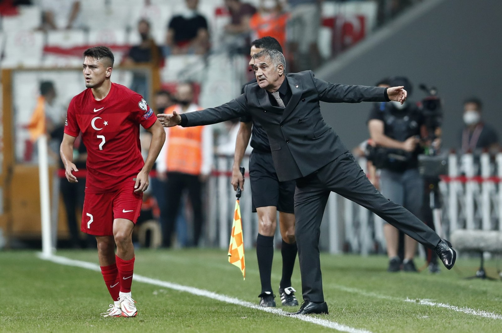 Turkey coach Şenol Güneş talks to Cengiz Ünder during a World Cup 2022 European qualifier match against Montenegro at Vodafone Park, Istanbul, Turkey, Sept. 1, 2021.