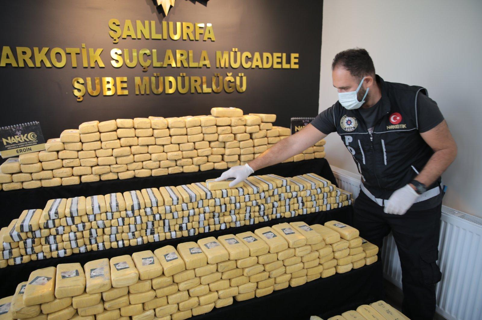 A police officer shows seized drugs to journalists, in Şanlıurfa, southeastern Turkey, Sept. 6, 2021. (AA PHOTO)