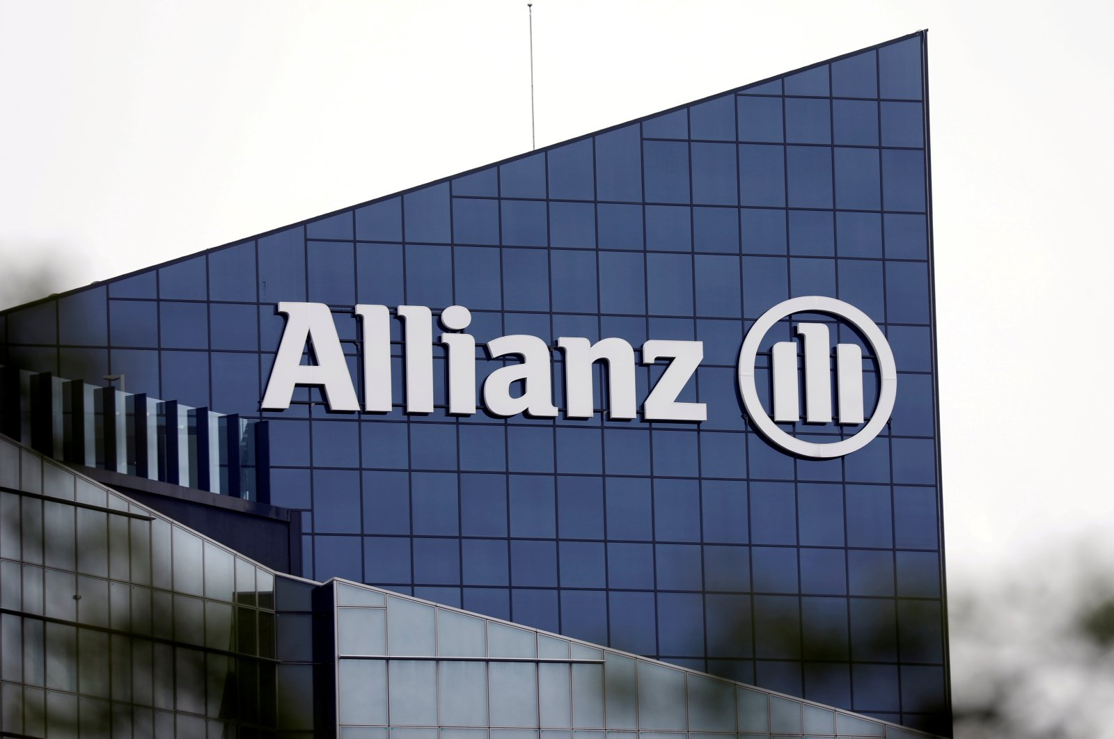 The logo of insurer Allianz SE is seen on the company building in Puteaux at the financial and business district of La Defense near Paris, outside Paris, France, May 14, 2018. (Reuters Photo)