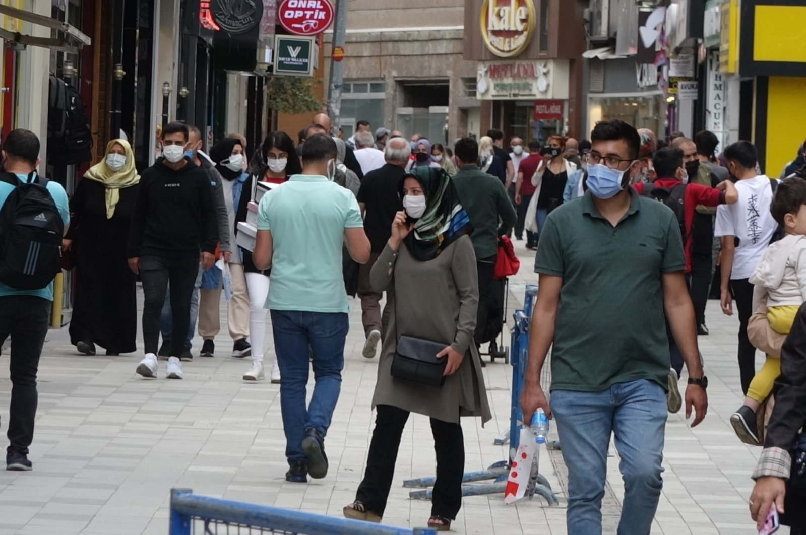 People wearing protective masks against COVID-19 walk on a street in Trabzon, Turkey, Sept. 6, 2021. (DHA PHOTO)