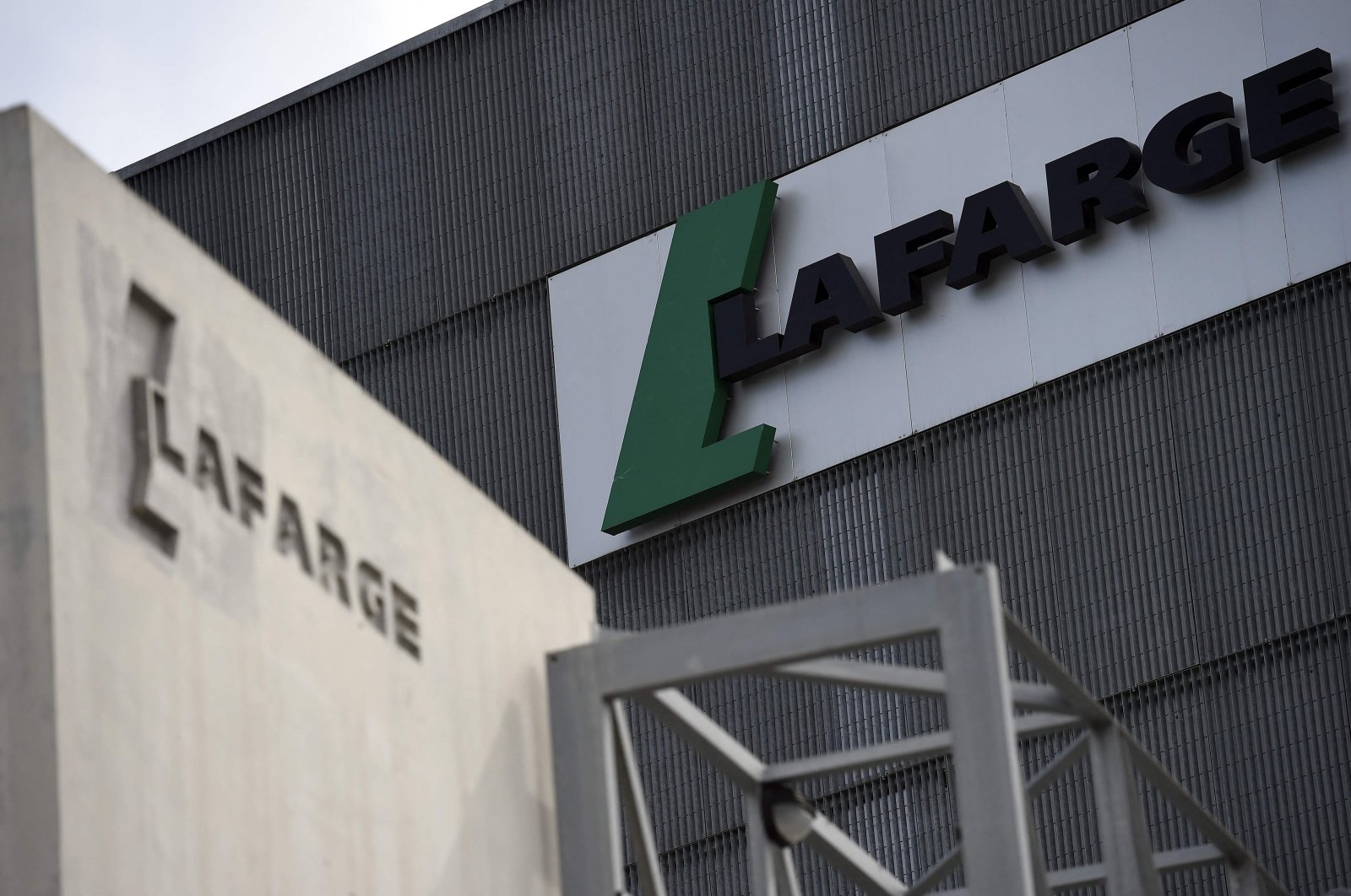 The logo of French cement company Lafarge on a plant in Paris, France, April 7, 2014. (AFP File Photo)