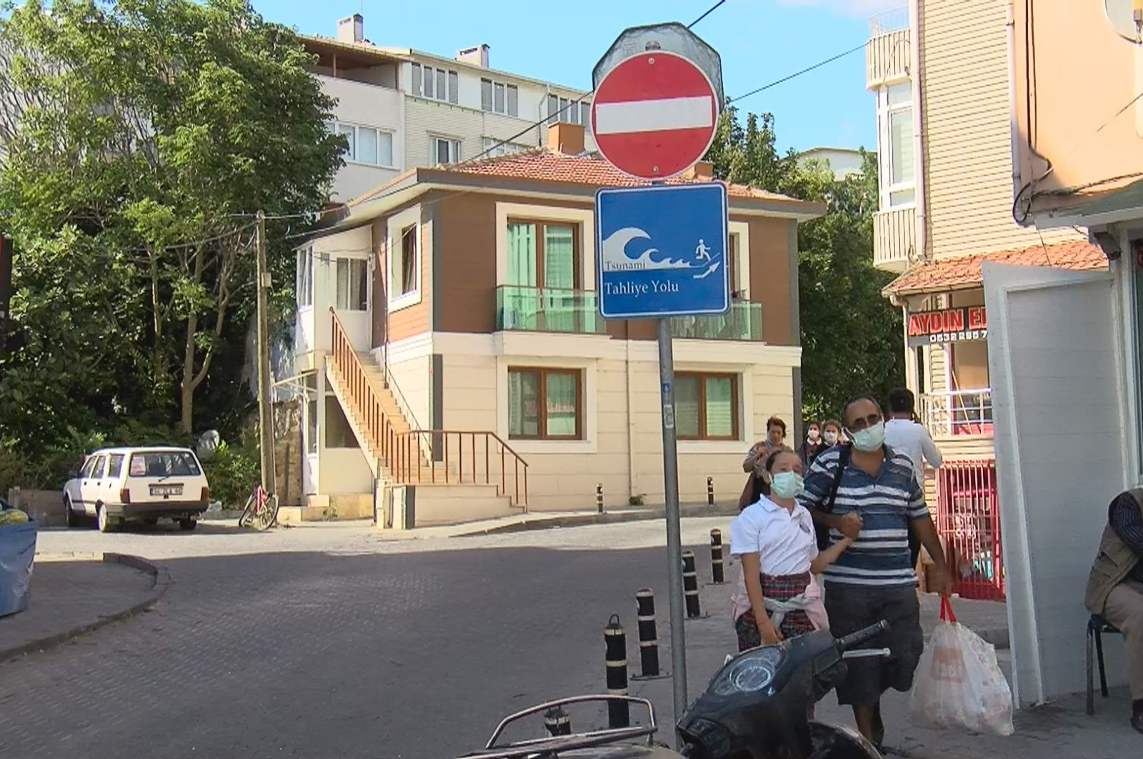 "People walk past a sign reading ""tsunami evacuation road"" in Büyükçekmece, in Istanbul, Turkey, Sept. 9, 2021. (DHA PHOTO)"