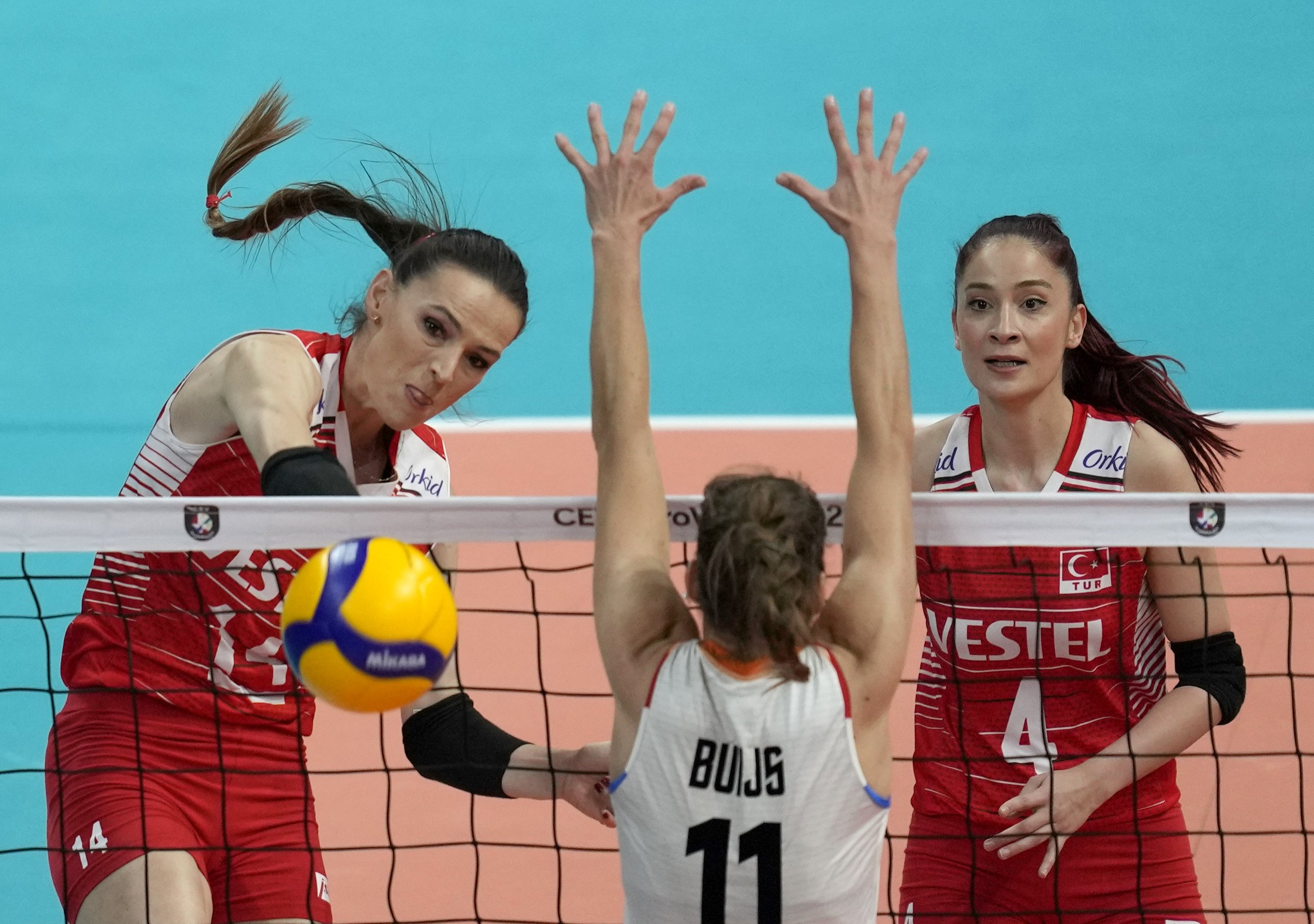Turkey's Eda Erdem Dündar (L) spikes the ball against the Netherlands' Anne Buijs during the 2021 Women's European Volleyball Championship bronze medal match between Turkey and the Netherlands, in Belgrade, Serbia, Sept. 4, 2021. (AP Photo)