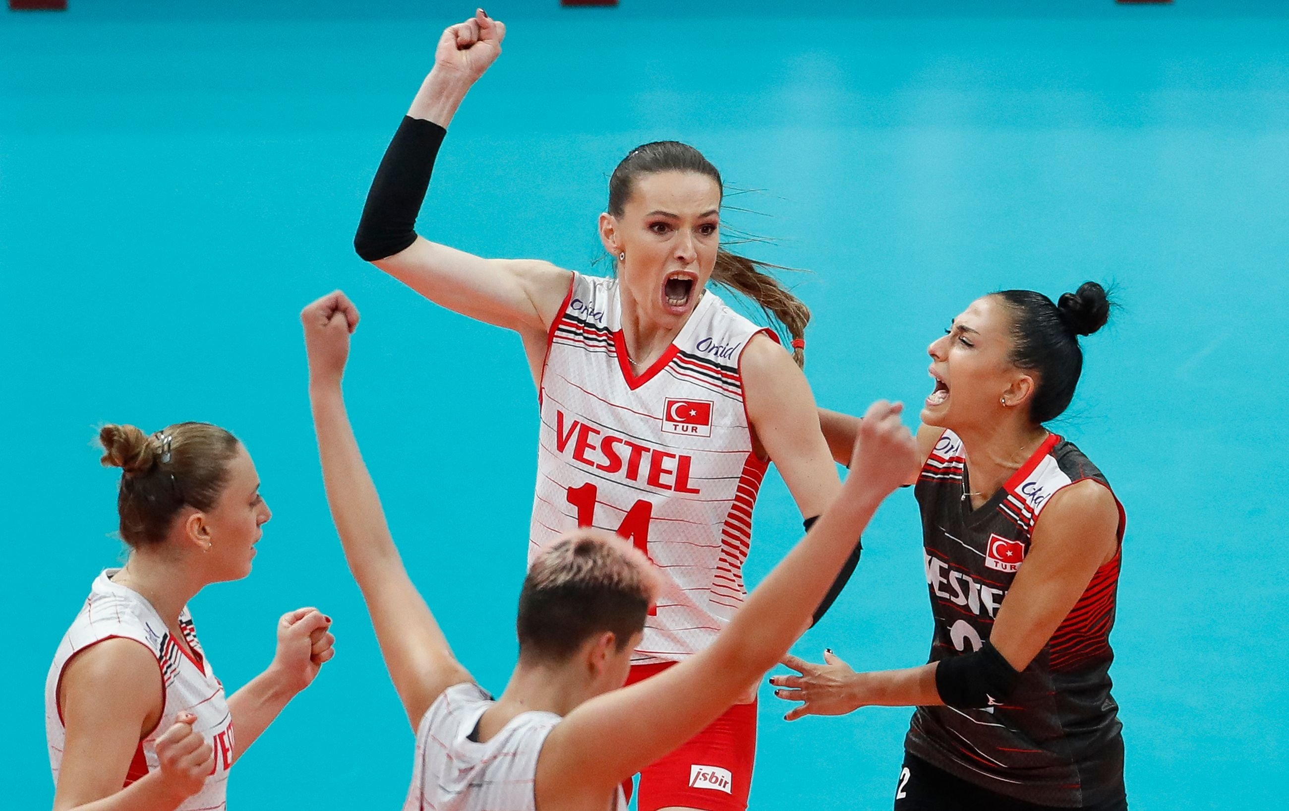 Turkey's Eda Erdem Dündar (C) and other players celebrate during the 2021 women's CEV EuroVolley semifinal volleyball match between Turkey and Serbia in Belgrade, Sept. 3, 2021. (AFP Photo)