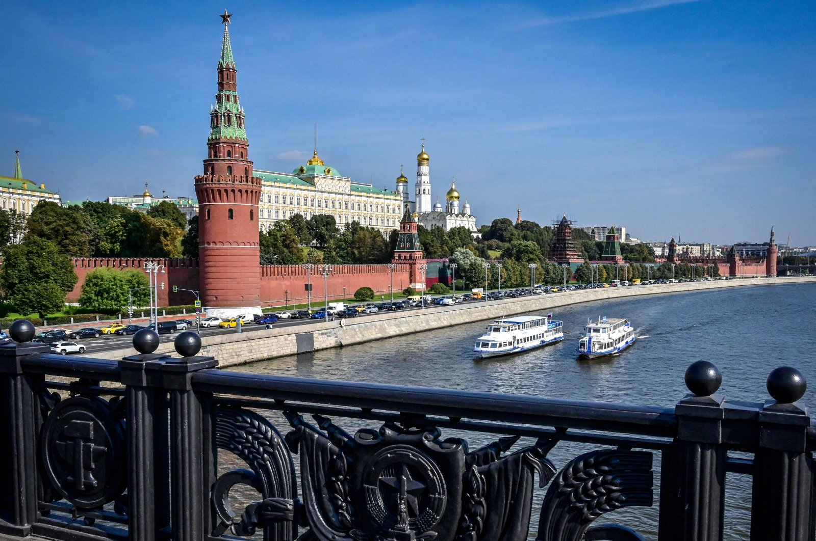 Leisure boats sail on the Moskva river past the Kremlin in Moscow on Sept. 13, 2021. (AFP Photo)