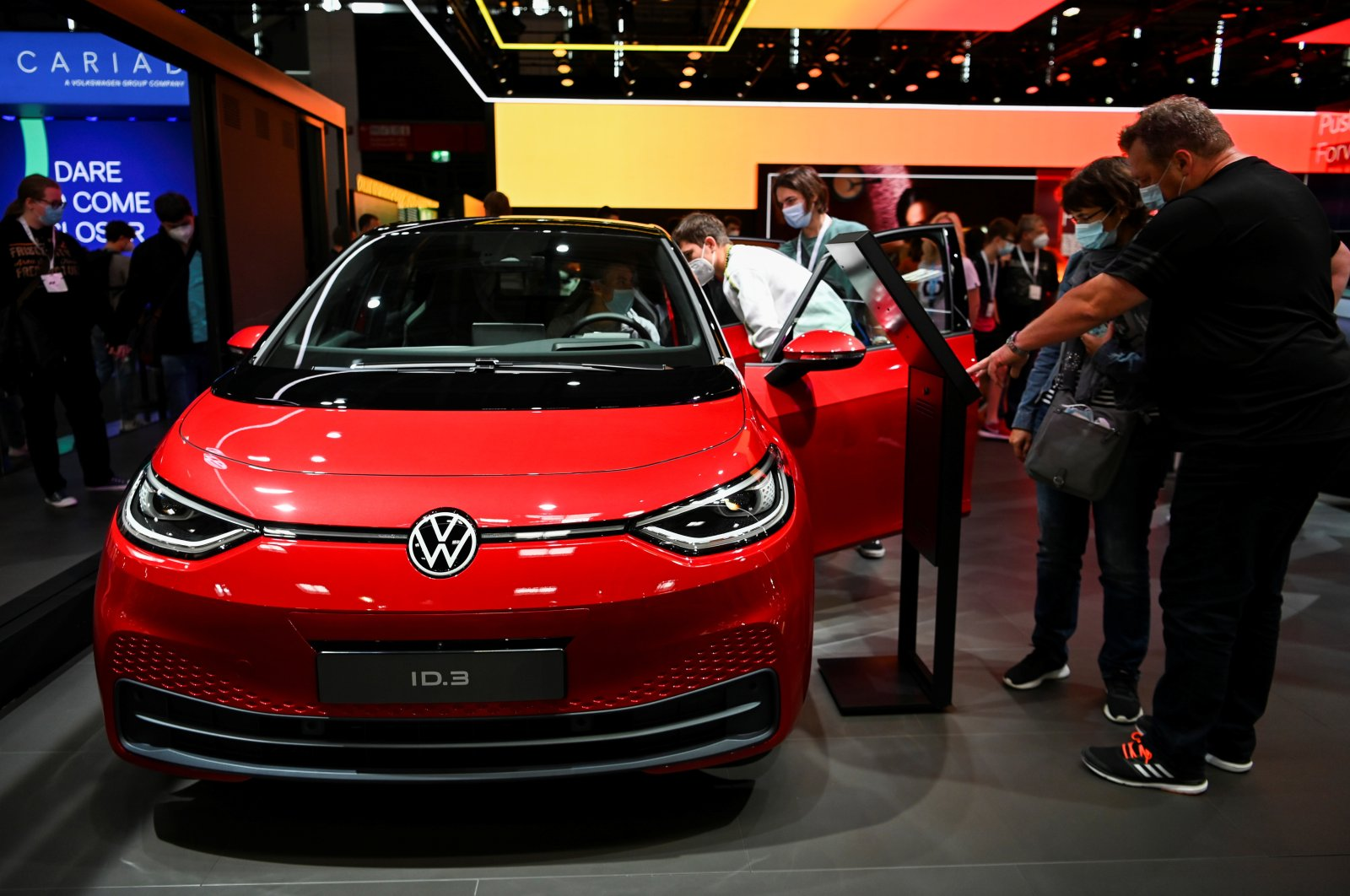 Visitors look at a Volkswagen ID3 car during the Munich Auto Show IAA Mobility 2021 in Munich, Germany, Sept. 11, 2021. (REUTERS Photo)