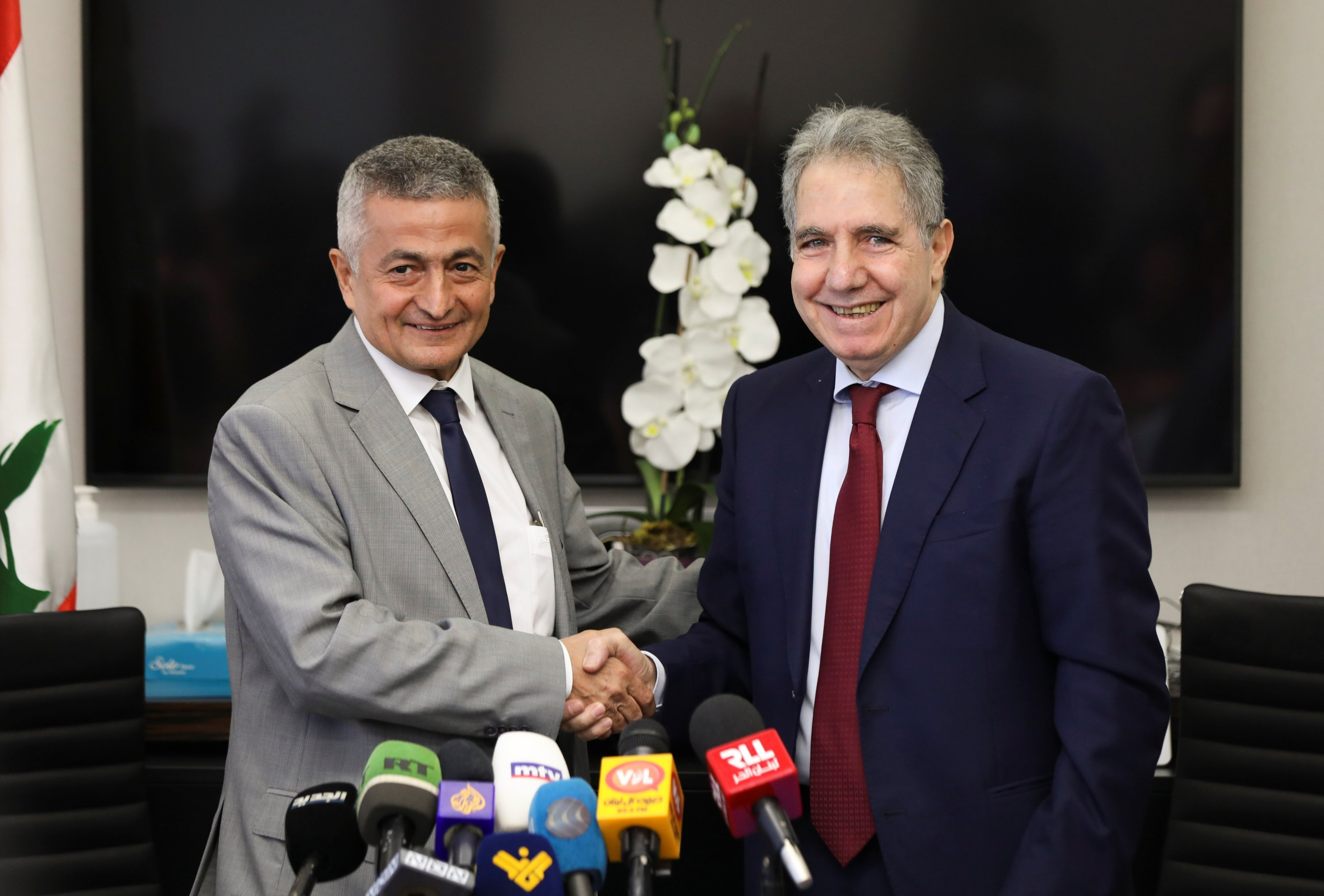 Lebanon's outgoing Finance Minister Ghazi Wazni shakes hands with the newly appointed Finance Minister Youssef Khalil during a handover ceremony in Beirut, Lebanon, Sept. 14, 2021. (REUTERS Photo)
