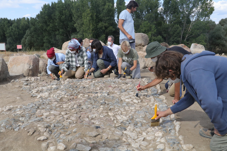 Archaeologists work on the mosaic found in Uşaklı Mound, Yozgat, central Turkey, Sept. 14, 2021. (AA Photo)