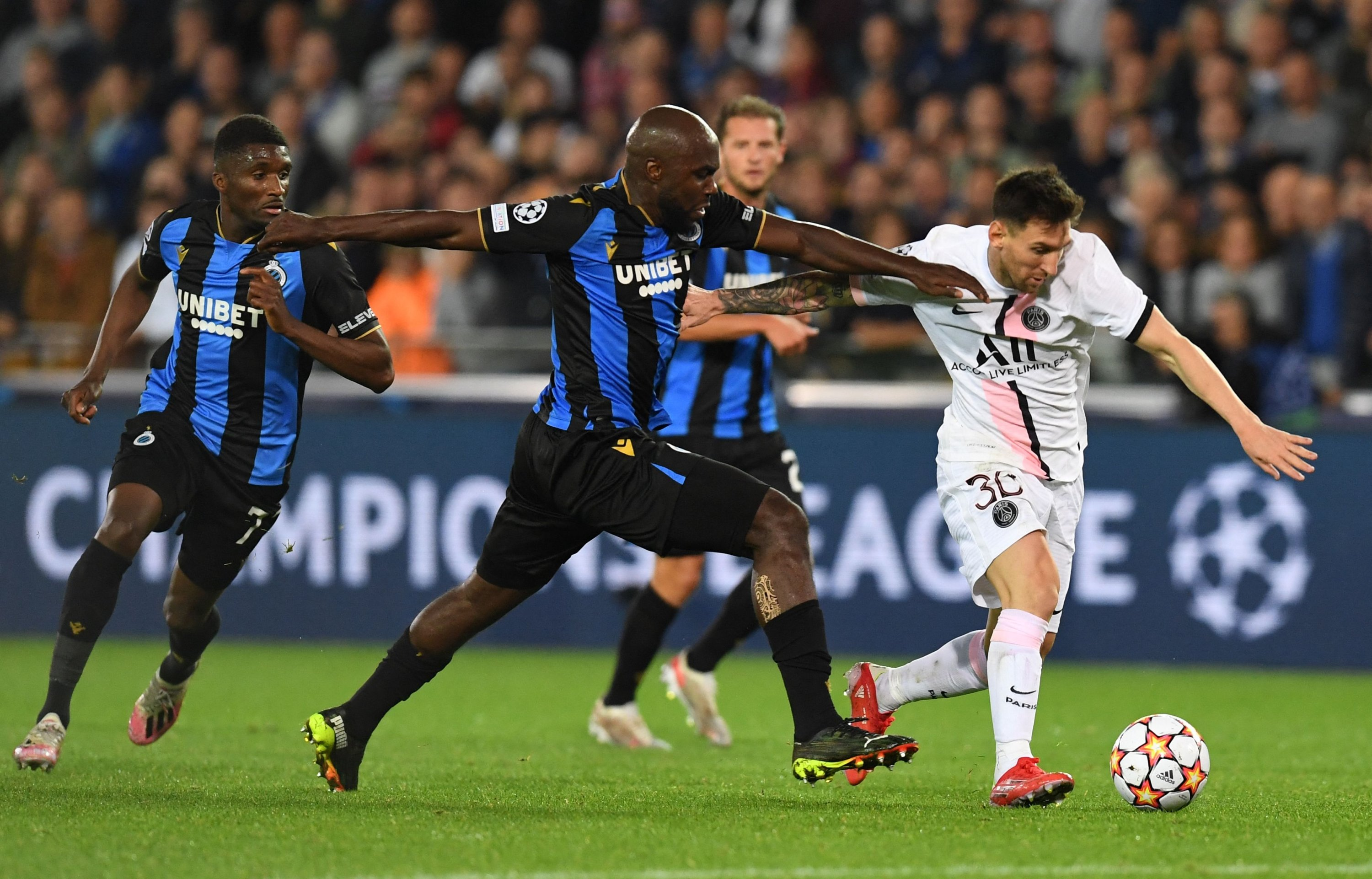 Paris Saint-Germain's Lionel Messi (R) fights for the ball with Club Brugge's Eder Alvarez Balanta during the Champions League Group A football match between Club Brugge and Paris Saint-Germain at the Jan Breydel Stadium in Bruges, Belgium, Sept. 15, 2021. (AFP Photo)