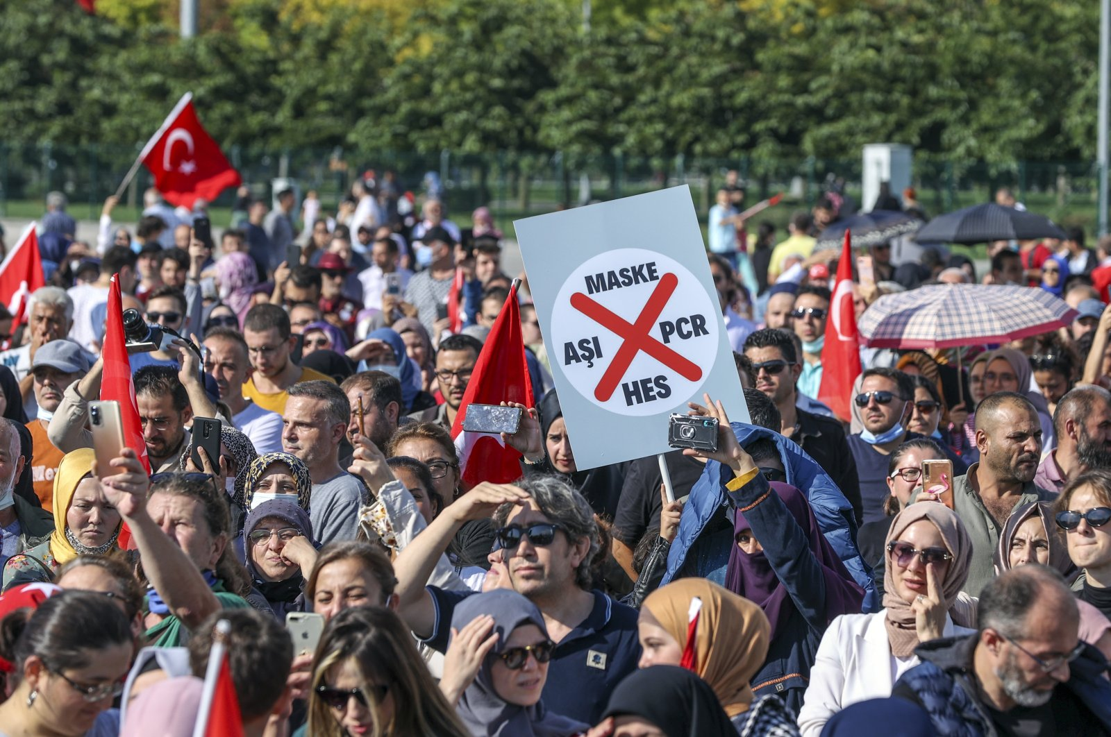 A group of people demonstrate against COVID-19 vaccinations, testing and mask mandates in Maltepe, Istanbul, Turkey, Sept. 11, 2021. (AA Photo)