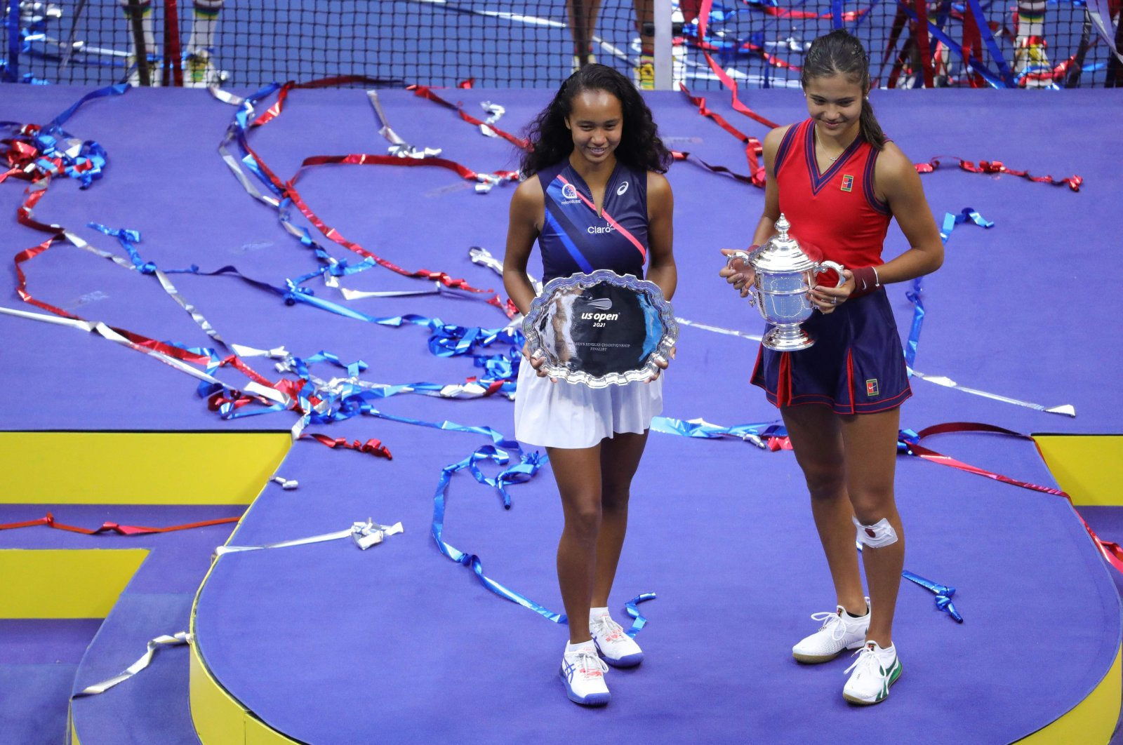 U.S. Open champions Britain's Emma Raducanu (R) and runner-up Canada's Leylah Fernandez pose with their trophies in New York, U.S., Sept. 11, 2021. (AFP Photo)