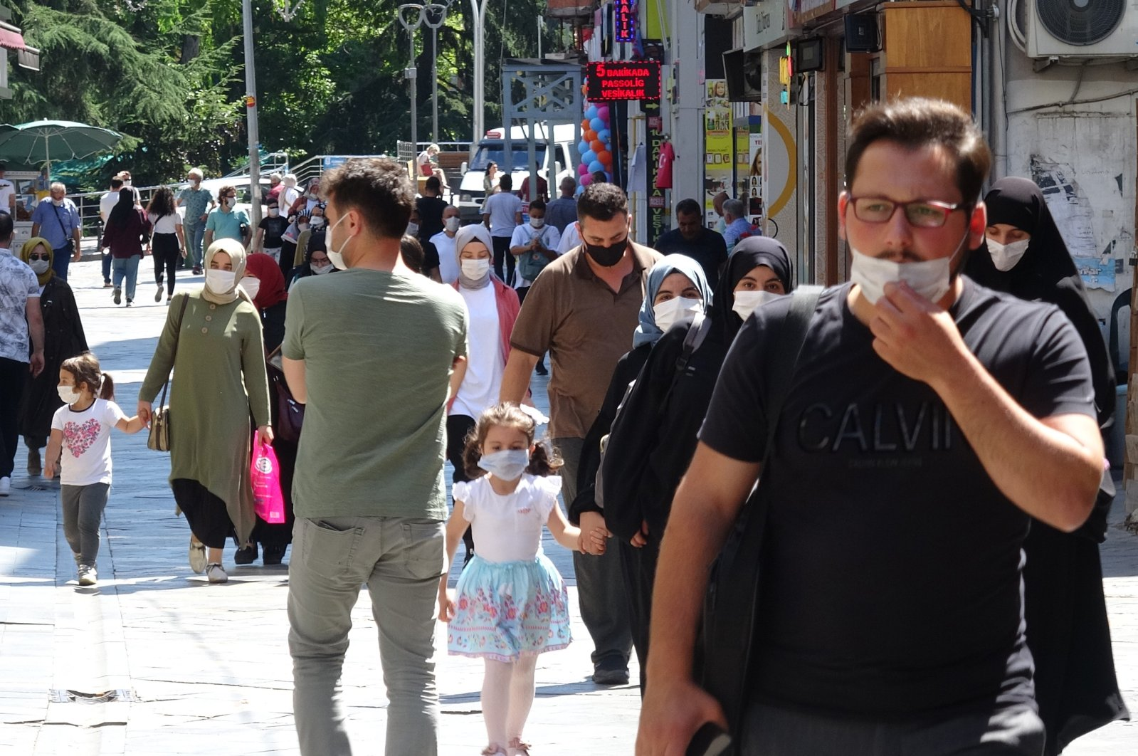 People wearing protective masks walk on a street in Trabzon, northern Turkey, Sept. 13, 2021. (DHA PHOTO)