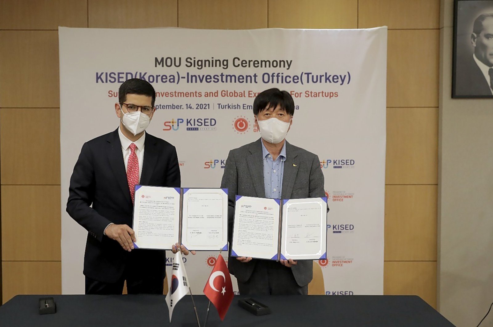 Turkish Presidency's Investment Office head Ahmet Burak Dağlıoğlu (L) and Chairperson of the Korean Institute of Startup & Entrepreneurship Development Kim Yong-moon during the signing ceremony of MoU, Seoul, South Korea, Sept. 15, 2021. (Photo courtesy of Investment Office )