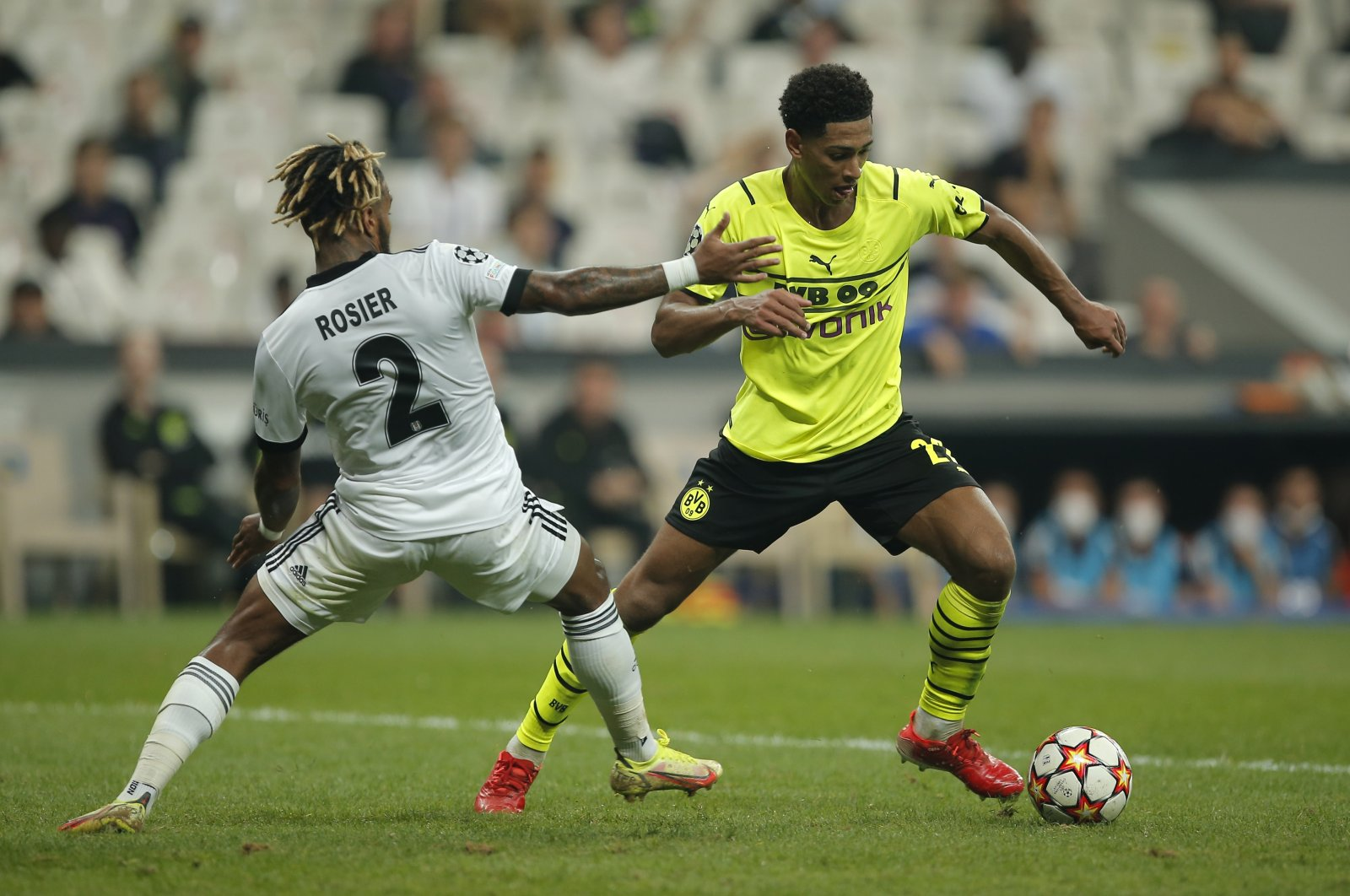 Beşiktaş's Valentin Rosier (L) challenges for the ball with Dortmund's Jude Bellingham during the Champions League Group C soccer match between Beşiktaş and Borussia Dortmund at the Vodafone Park Stadium in Istanbul, Turkey, Sept. 15, 2021. (AP Photo)