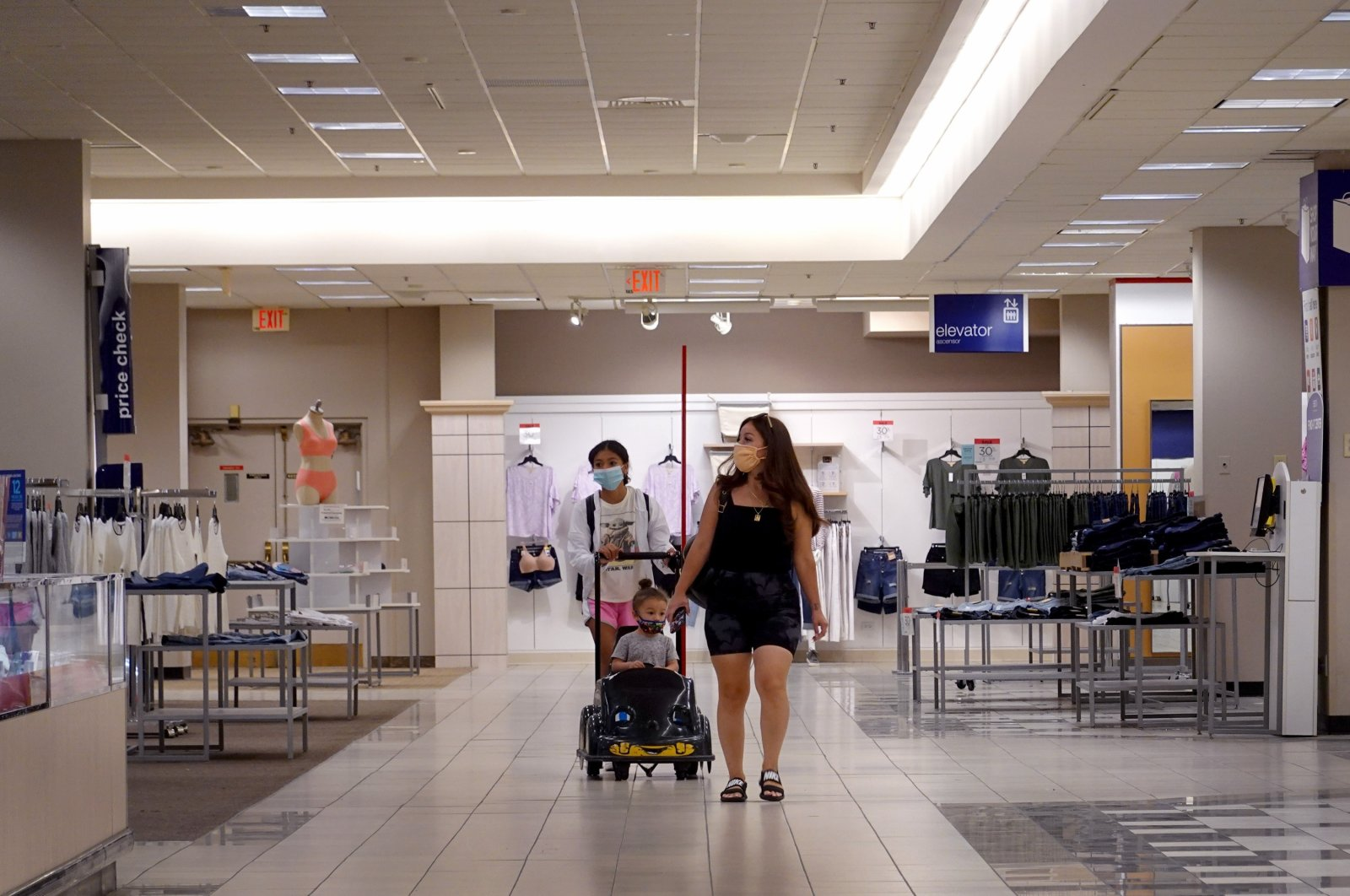 Customers walk through a department store in a shopping mall, Chicago, Illinois, U.S., Aug. 17, 2021 (AFP Photo)