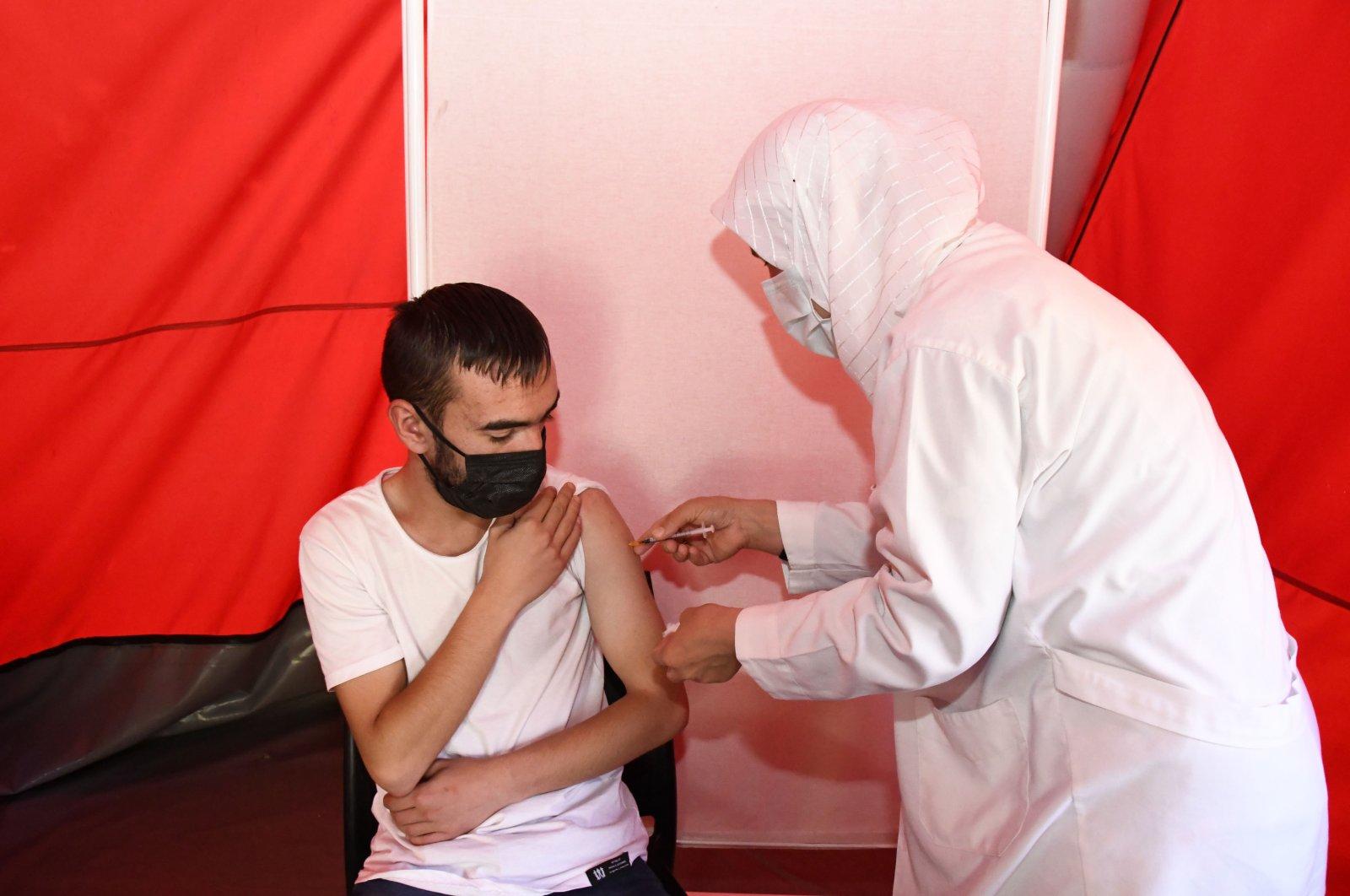 A nurse vaccinate a man at a vaccination tent, in Gümüşhane, northern Turkey, Sept. 15, 2021. (AA PHOTO)