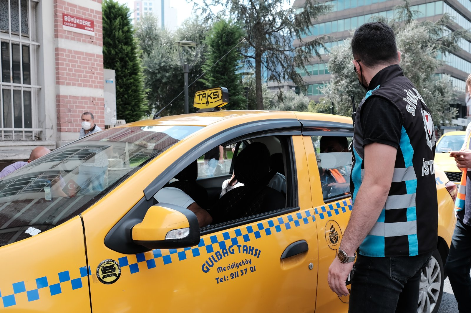 Police officers inspect a taxi in Mecidiyeköy, in Istanbul, Turkey, Sept. 13, 2021. (İHA PHOTO)