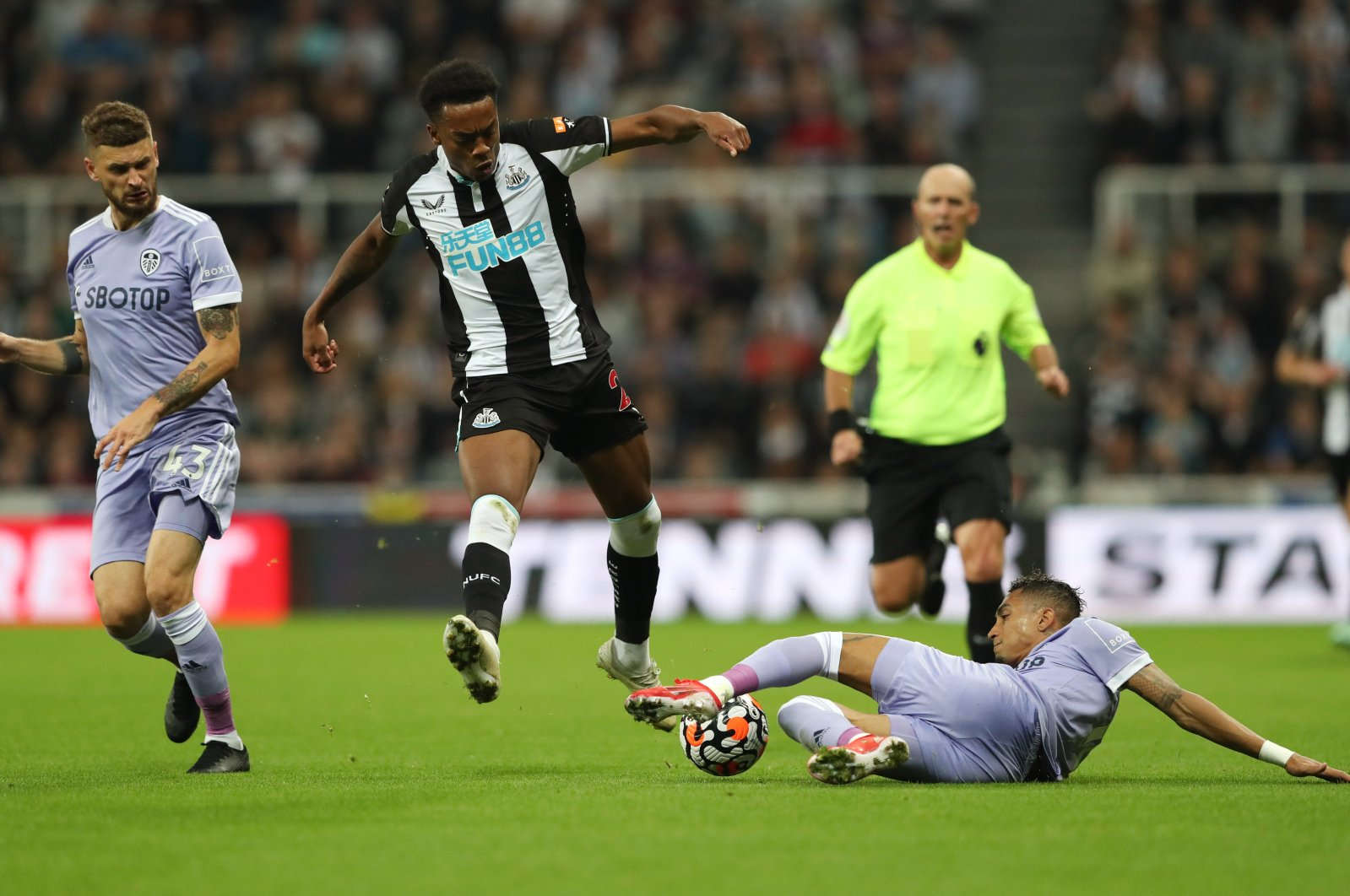 Newcastle United's Joe Willock in action with Leeds United's Raphinha as the clubs battled to a 1-1 draw Friday night at St James' Park, Newcastle, U.K., Sept. 17, 2021. (REUTERS Photo)