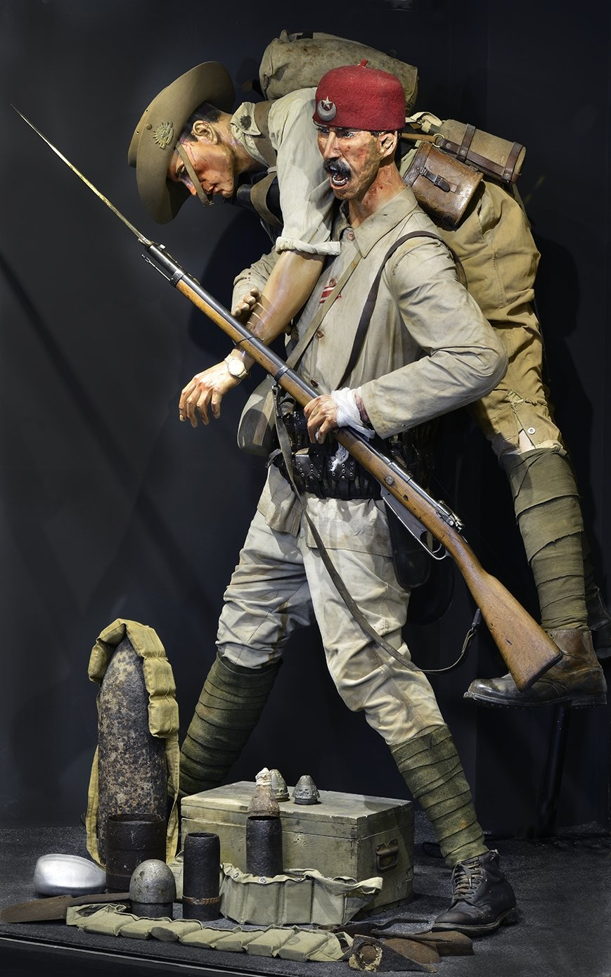 A model of ta Turkish soldier carrying an Anzac soldier from Hisart Live History Museum. (Courtesy of Hisart Live History Museum)
