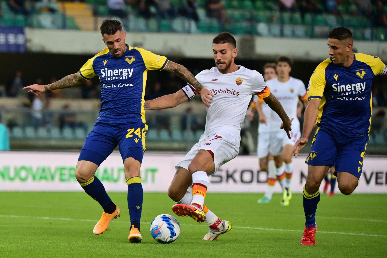 Hellas Verona's Brazilian midfielder Daniel Bessa (L) fights for the ball with Roma's Italian midfielder Lorenzo Pellegrini (C) in a Serie A match against Hellas Verona in Verona, Italy, Sept. 19, 2021. (AFP Photo)