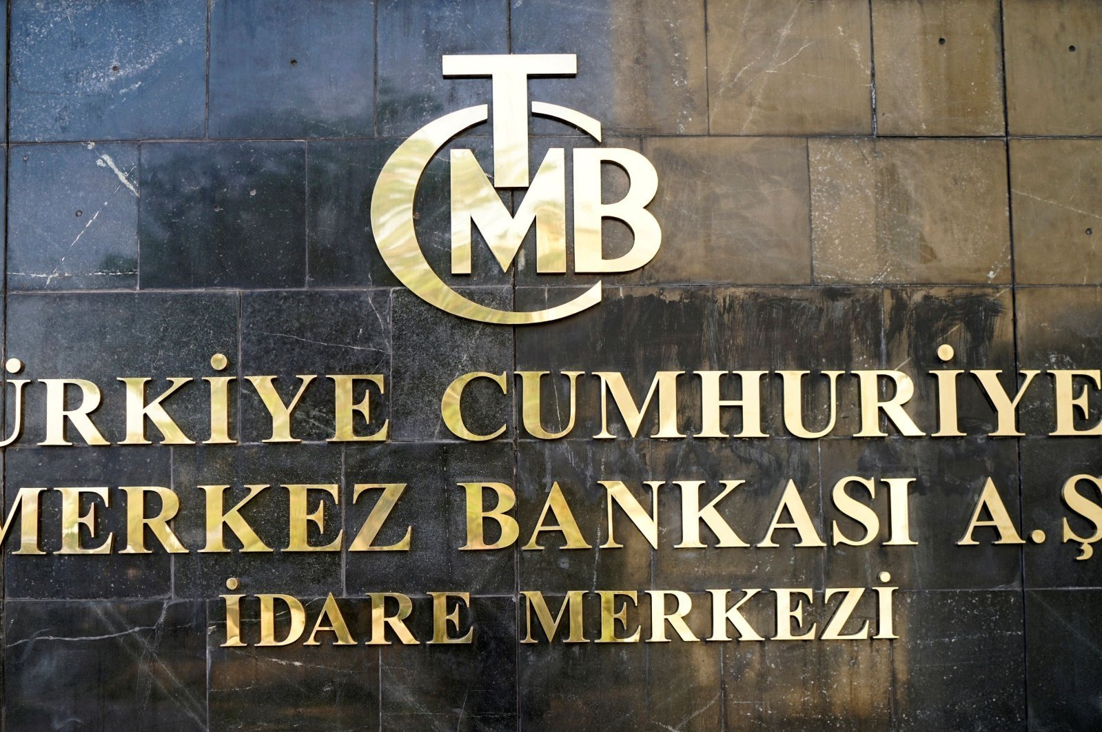 A logo of the Central Bank of the Republic of Turkey (CBRT) is pictured at the entrance of the bank's headquarters in the capital Ankara, Turkey, April 19, 2015. (Reuters Photo)
