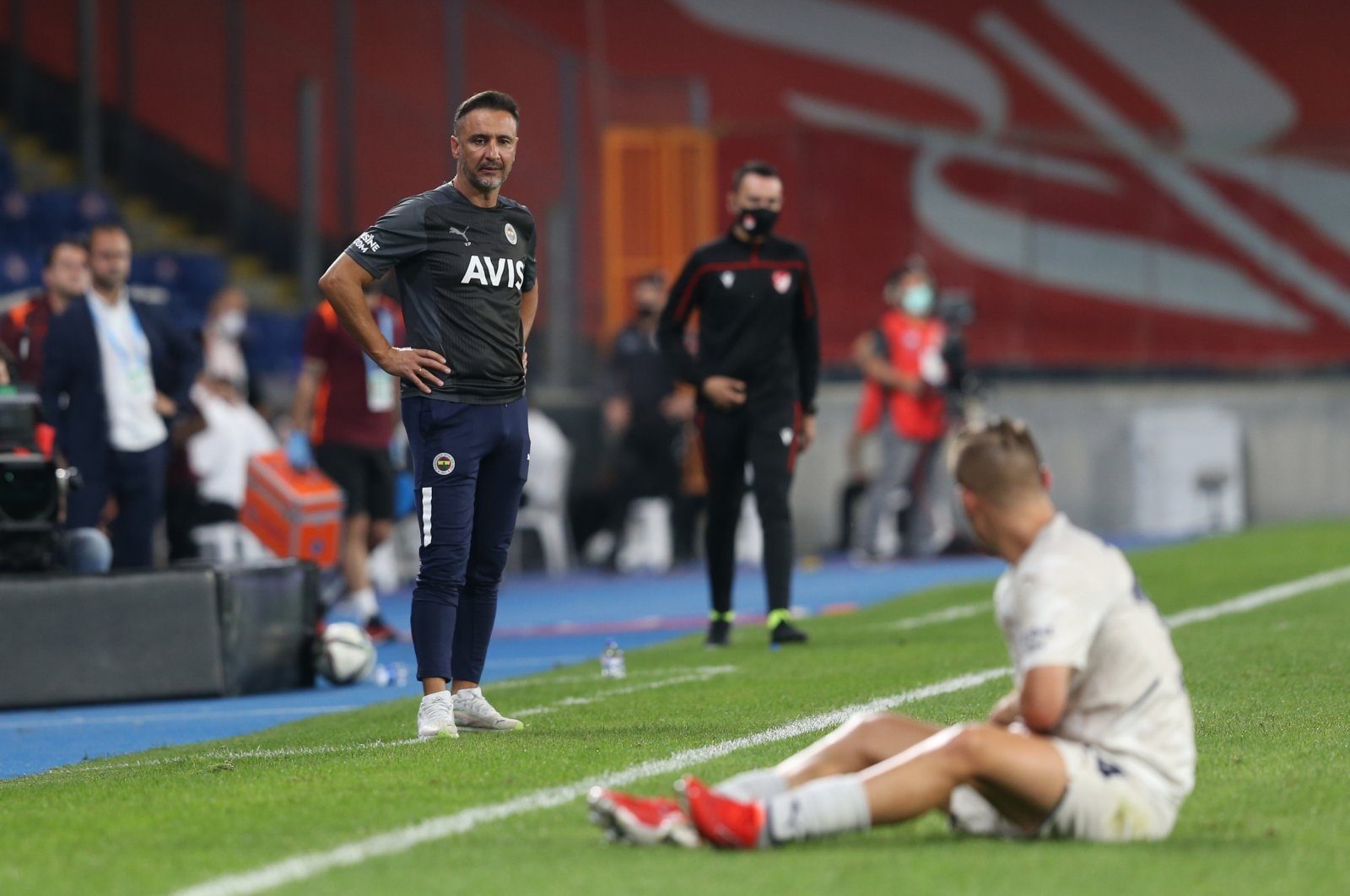 Fenerbahçe coach Vitor Pereira looks at a player from the sidelines during a Süper Lig match against Başakşehir, Istanbul, Turkey, Sept. 20, 2021. (AA Photo)