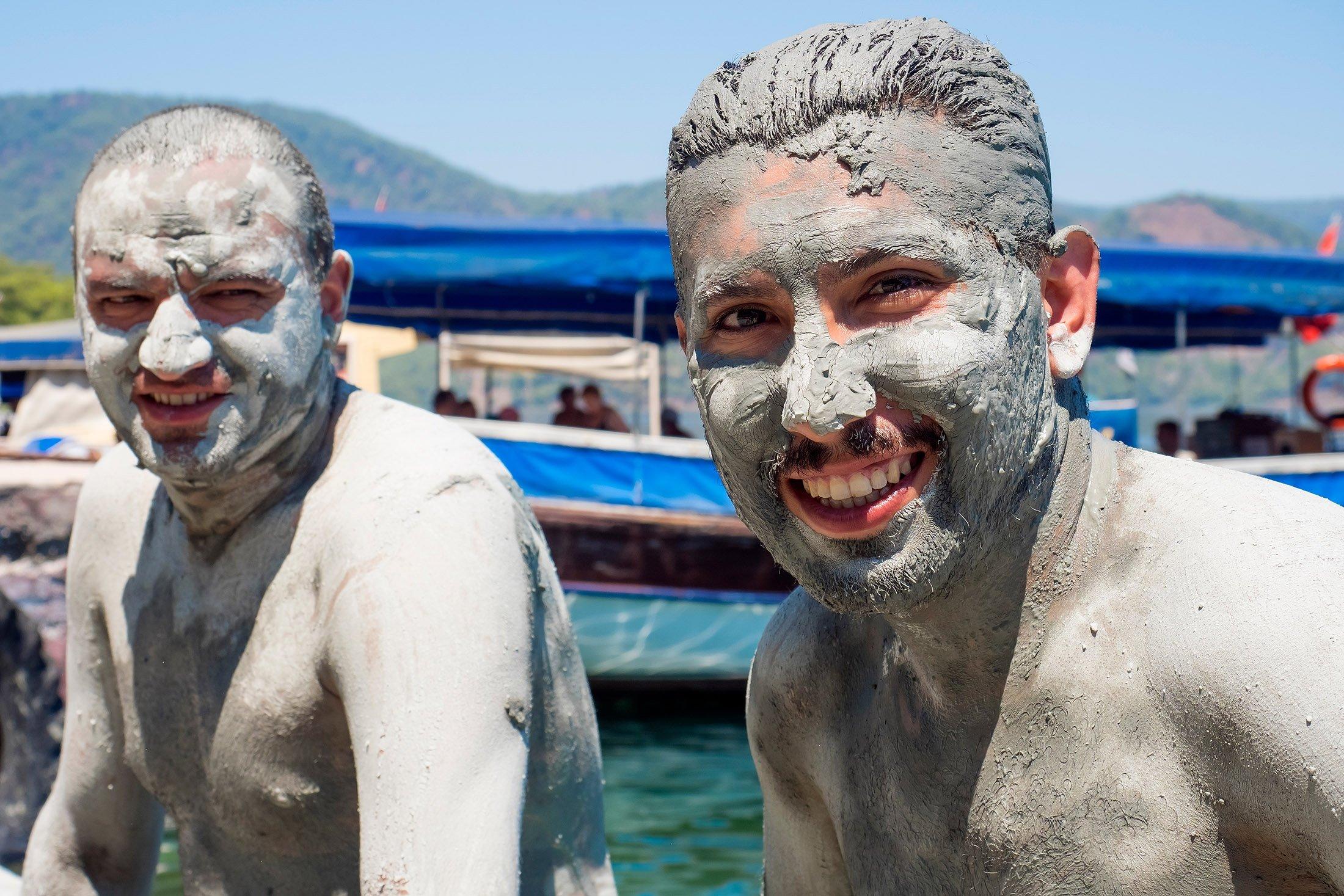 La gente disfruta de los baños de barro en Sultani.  (Foto de Shutterstock)
