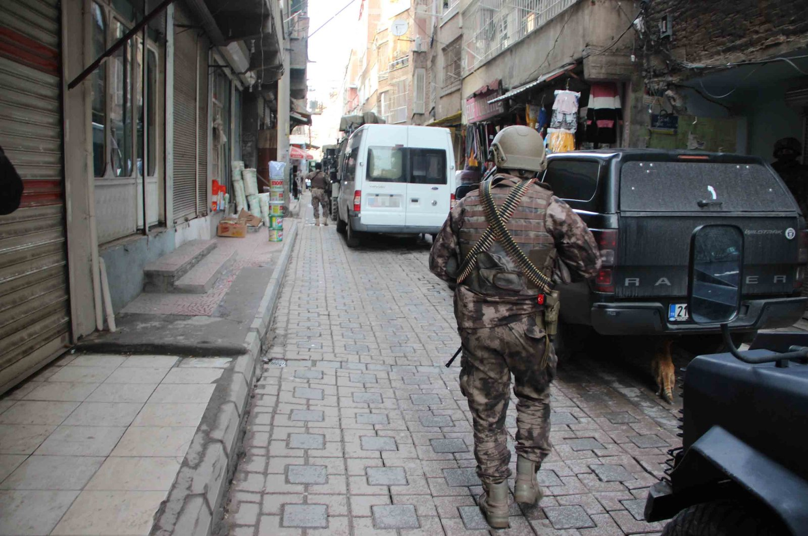 A counterterrorism officer takes part in an operation in Diyarbakır, Turkey, in this undated photo. (DHA File Photo)