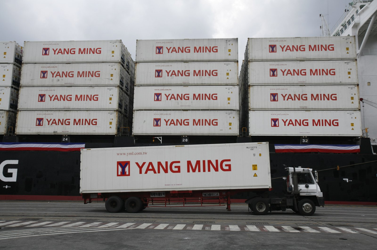 A Taiwanese shipping company loads containers on a ship in the harbor of Keelung, Taiwan, Dec. 15, 2008. (AP Photo)