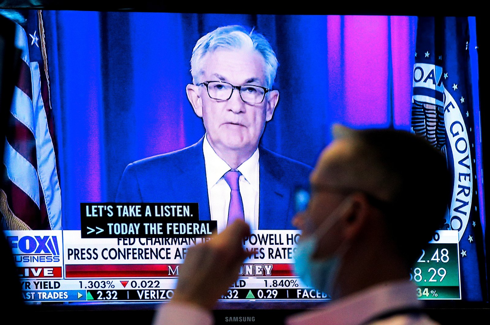 A screen displays a statement by Federal Reserve (Fed) Chair Jerome Powell following the U.S. Federal Reserve's announcement, as a trader works on the trading floor of the New York Stock Exchange (NYSE) in New York City, U.S., Sept. 22, 2021. (Reuters Photo)