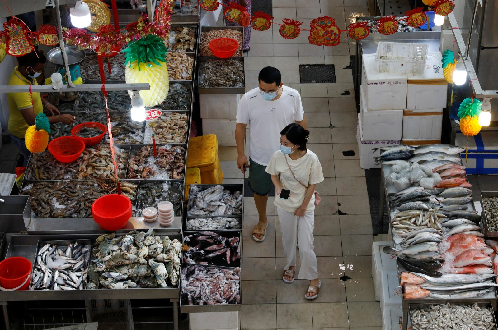 People shop for fish at a wet market during the COVID-19 outbreak, in Singapore, Sept. 21, 2021. (REUTERS Photo)