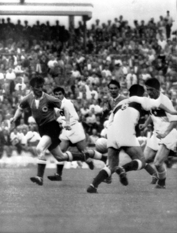 Lefter Küçükandonyadis (R), during a FIFA World Cup match between Germany and Turkey, at theZurich Hardturm stadium, in Zurich, Switzerland, June 23, 1954. (Getty Images)