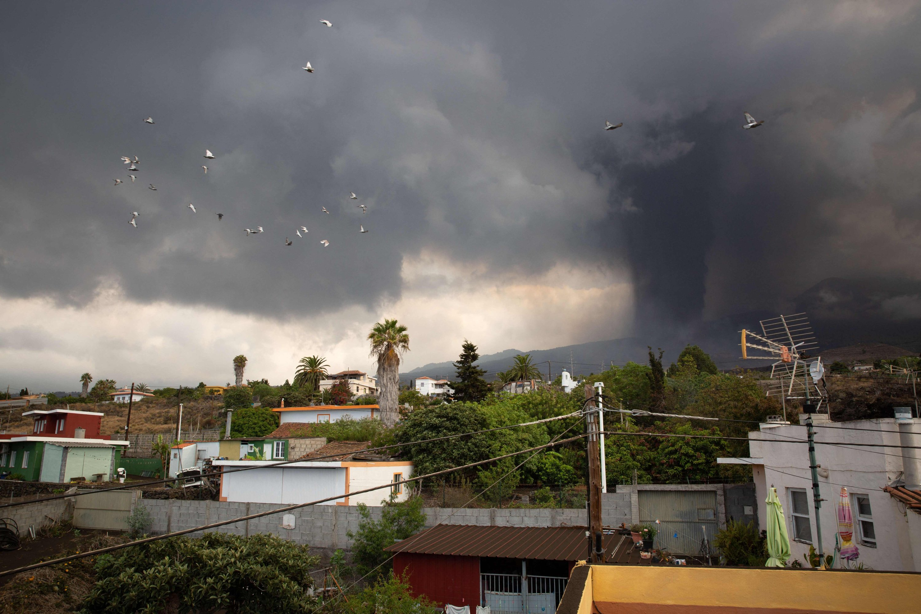 A column of smoke and pyroclastic materials spewed by the Cumbre Vieja volcano is seen from the neighborhood of Todoque in Los Llanos de Aridane on the Canary island of La Palma, Sept. 24, 2021. (AFP Photo)