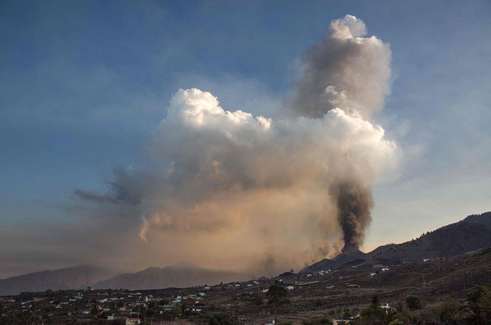 The Cumbre Vieja volcano is seen from Los Llanos de Aridane on the Canary island of La Palma, Sept. 25, 2021. (AFP Photo)