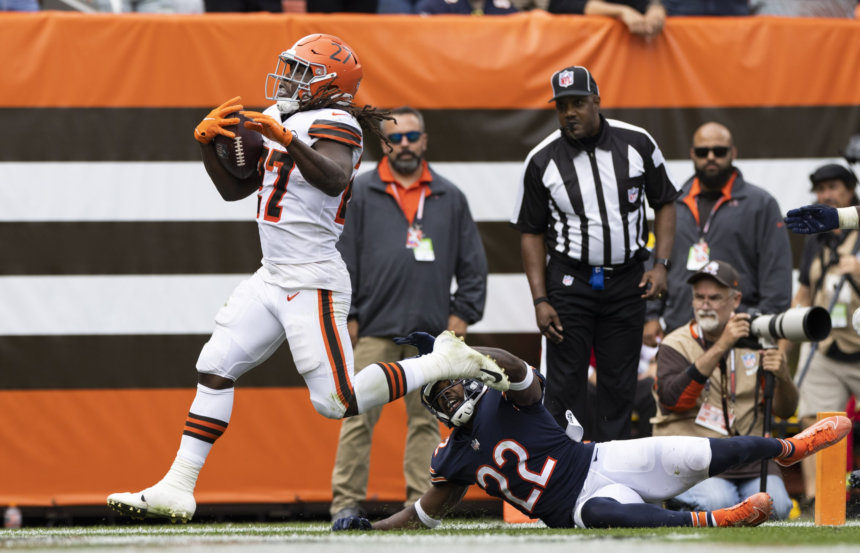 Cleveland Browns running back Kareem Hunt (27) runs the ball past Chicago Bears cornerback Kindle Vildor (22) into the end zone for a touchdown during the fourth quarter at FirstEnergy Stadium, Cleveland, Ohio, U.S., Sept. 26, 2021. (Scott Galvin-USA TODAY Sports via Reuters)