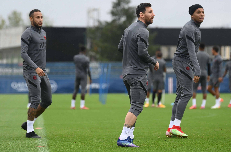 Paris Saint-Germain's Lionel Messi (C), Neymar (L) and French forward Kylian Mbappe (R) attend a training session, Paris, France, Sept. 27, 2021. (AFP Photo)