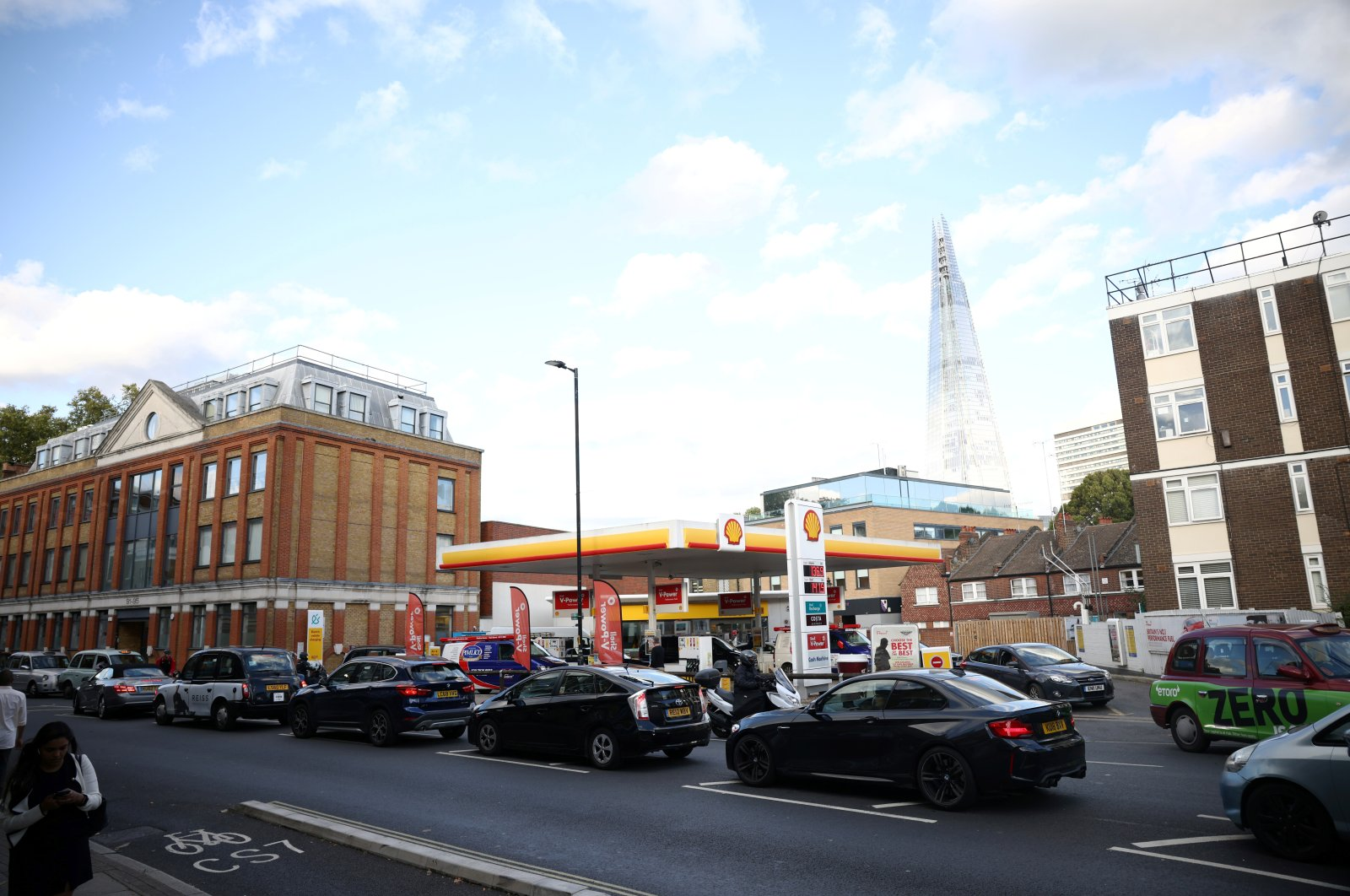 Vehicles line up to refill at a Shell gas station in central London, Britain, Sept. 27, 2021. (Reuters Photo)