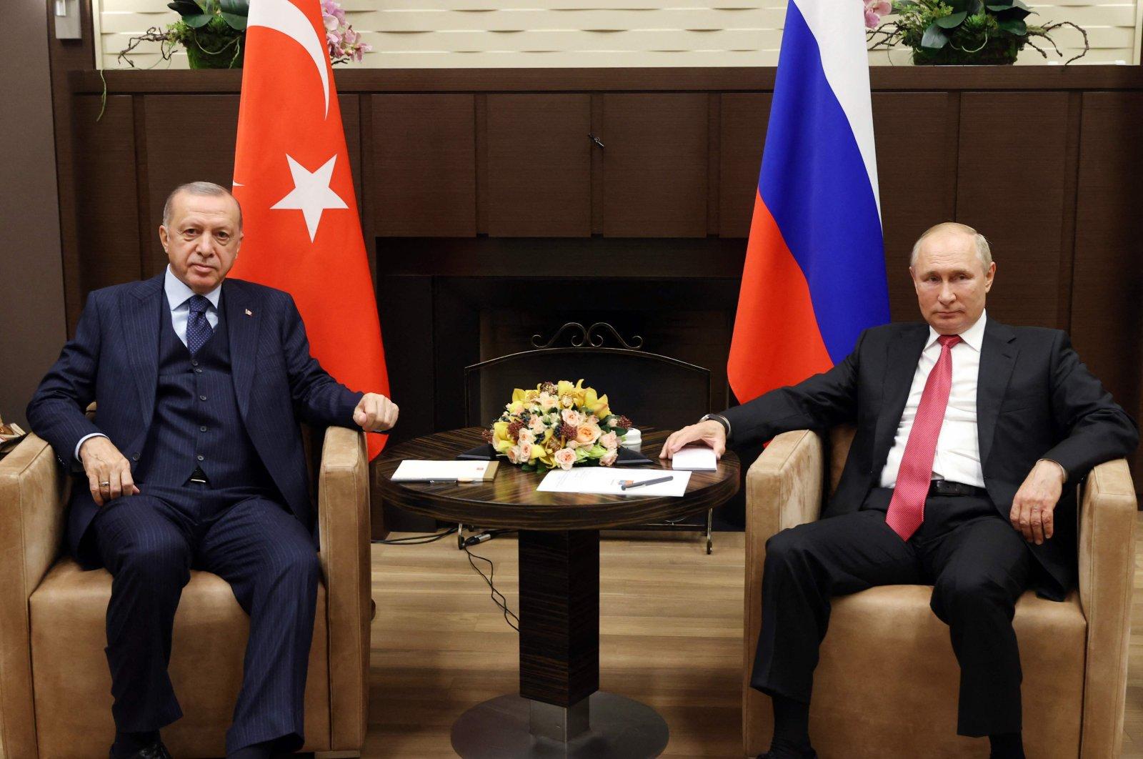 Turkish President Recep Tayyip Erdoğan (L) and Russian President Vladimir Putin pose ahead of their meeting in Sochi, Russia, Sept. 29, 2021. (AFP Photo)