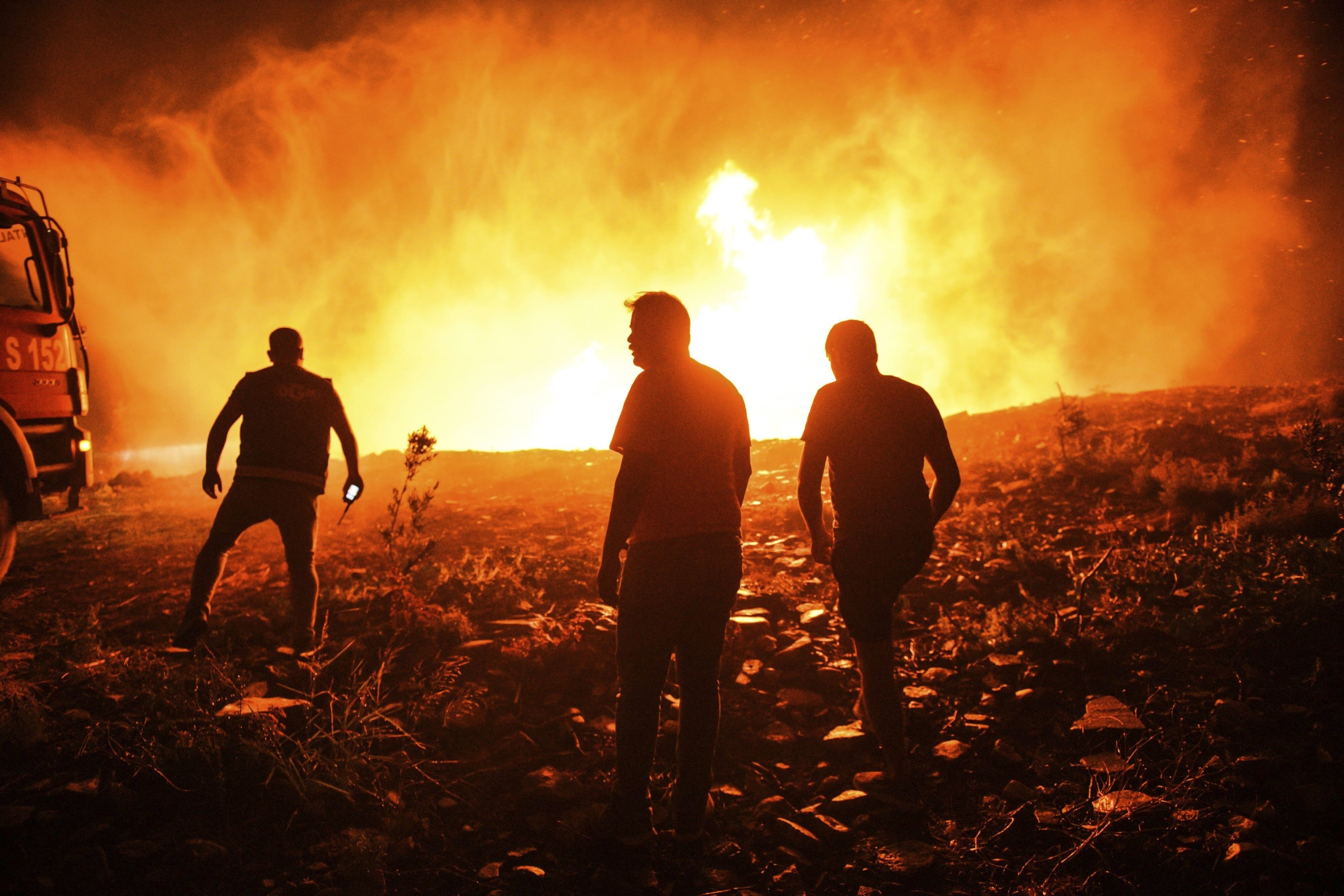 Firefighters and locals try to control a blaze in the village of Kirli near the town of Manavgat, Antalya, southern Turkey, July 30, 2021. (AP PHOTO)