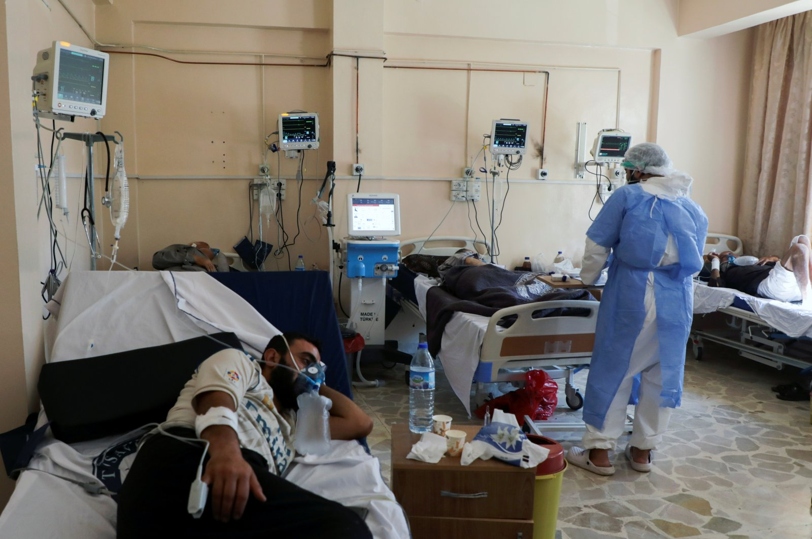 A medical staff member assists patients suffering from the coronavirus disease inside the COVID-19 ward of a hospital in the opposition-held Idlib, Syria Sept. 26, 2021. (Reuters Photo)