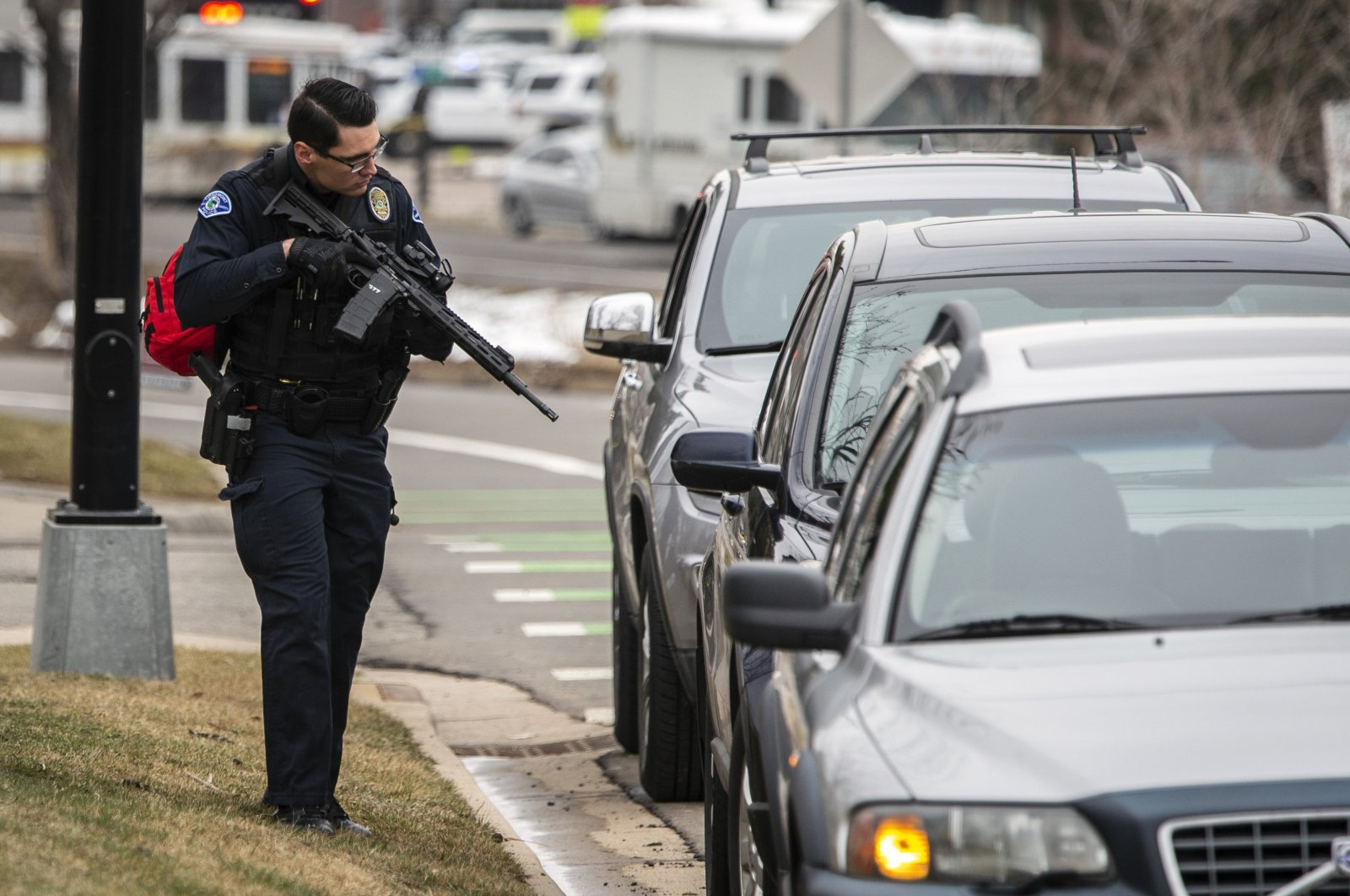 A police officer checks cars in the area after a gunman opened fire at a King Sooper's grocery store on March 22, 2021, in Boulder, Colorado. U.S. (AFP Photo)
