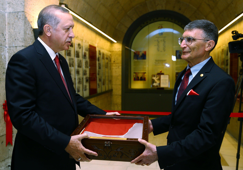 President Recep Tayyip Erdoğan (L) and Aziz Sancar photographed at the ceremony in which Sancar submitted his Nobel medal toAnıtkabir, Atatürk's mausoleum, Ankara, Turkey, May 20, 2016. (AA Photo)
