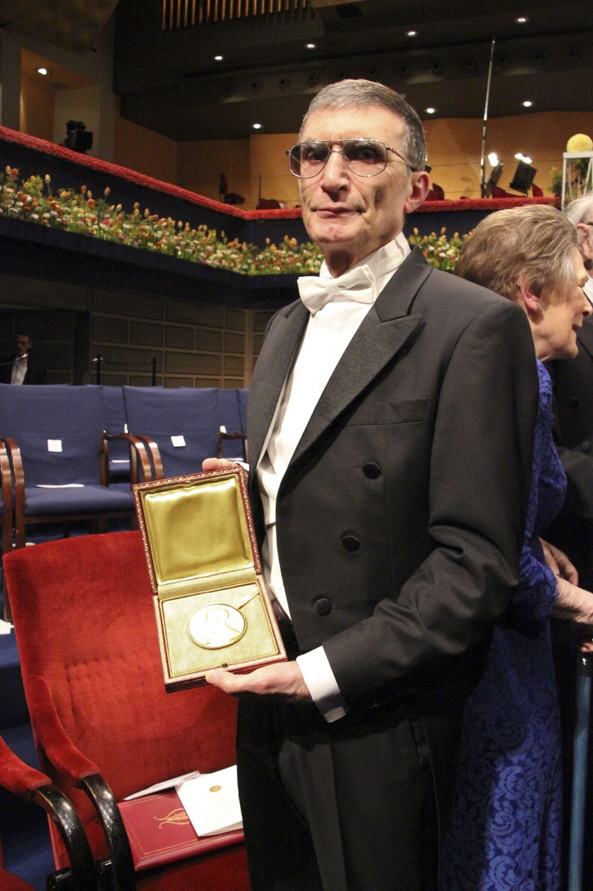 Aziz Sancar poses with his Nobel medal at the Stockholm Concert Hall, Stockholm, Sweden, Dec. 10, 2015. (Archive Photo)