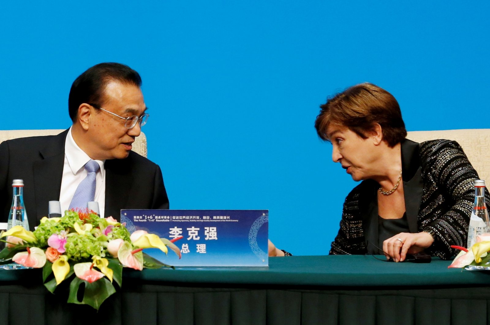 """International Monetary Fund (IMF) Managing Director Kristalina Georgieva talks to Chinese Premier Li Keqiang before a news conference following the """"1 6"""" Roundtable meeting at the Diaoyutai state guesthouse in Beijing, China, Nov. 21, 2019. (Reuters Photo)"""