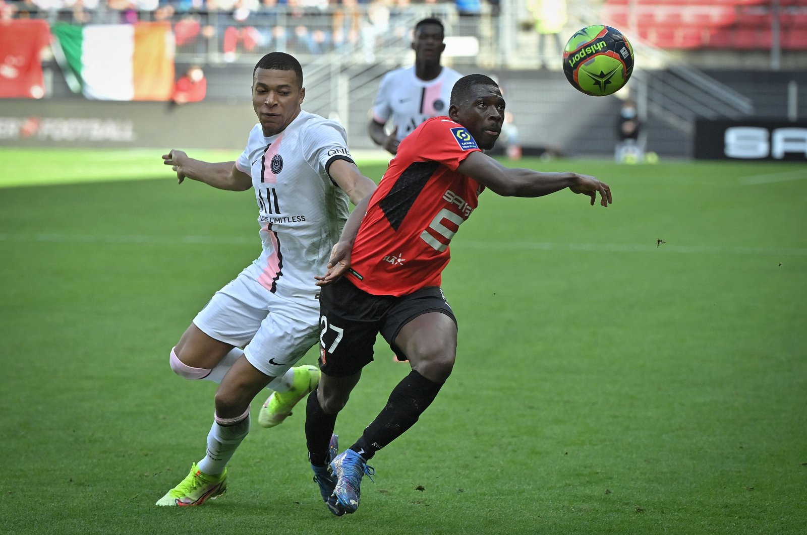 PSG's Kylian Mbappe (L) fights for the ball with Rennes' Hamari Traore (R) during a Ligue 1 match at the Roazhon Park in Rennes, France, Oct. 3, 2021. (AFP Photo)