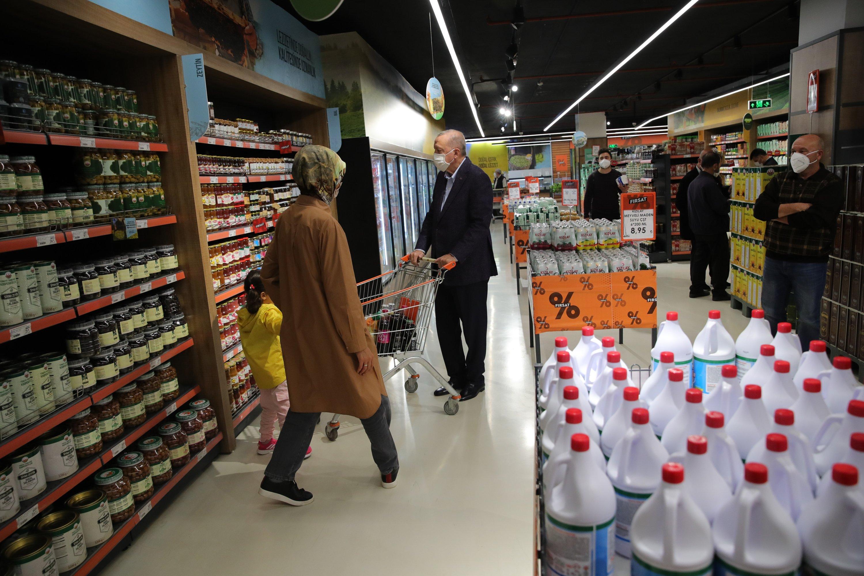 President Recep Tayyip Erdoğan (C) shops at an agricultural credit cooperative outlet in theKısıklıneighborhood in Istanbul's Üsküdar district, Turkey, Oct. 4, 2021.
