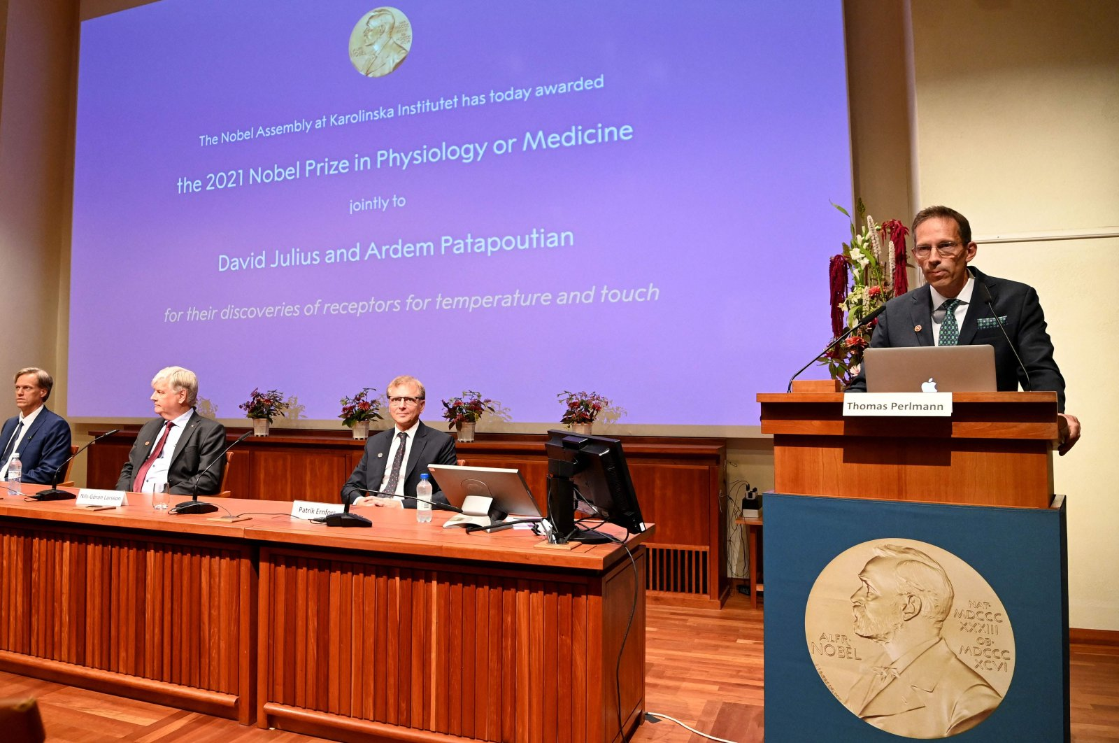 Thomas Perlmann (R), the secretary of the Nobel Committee, addresses a press conference to announce the winner of the 2021 Nobel Prize in Physiology or Medicine at the Karolinska Institute in Stockholm, Sweden, Oct. 4, 2021. (AFP Photo)