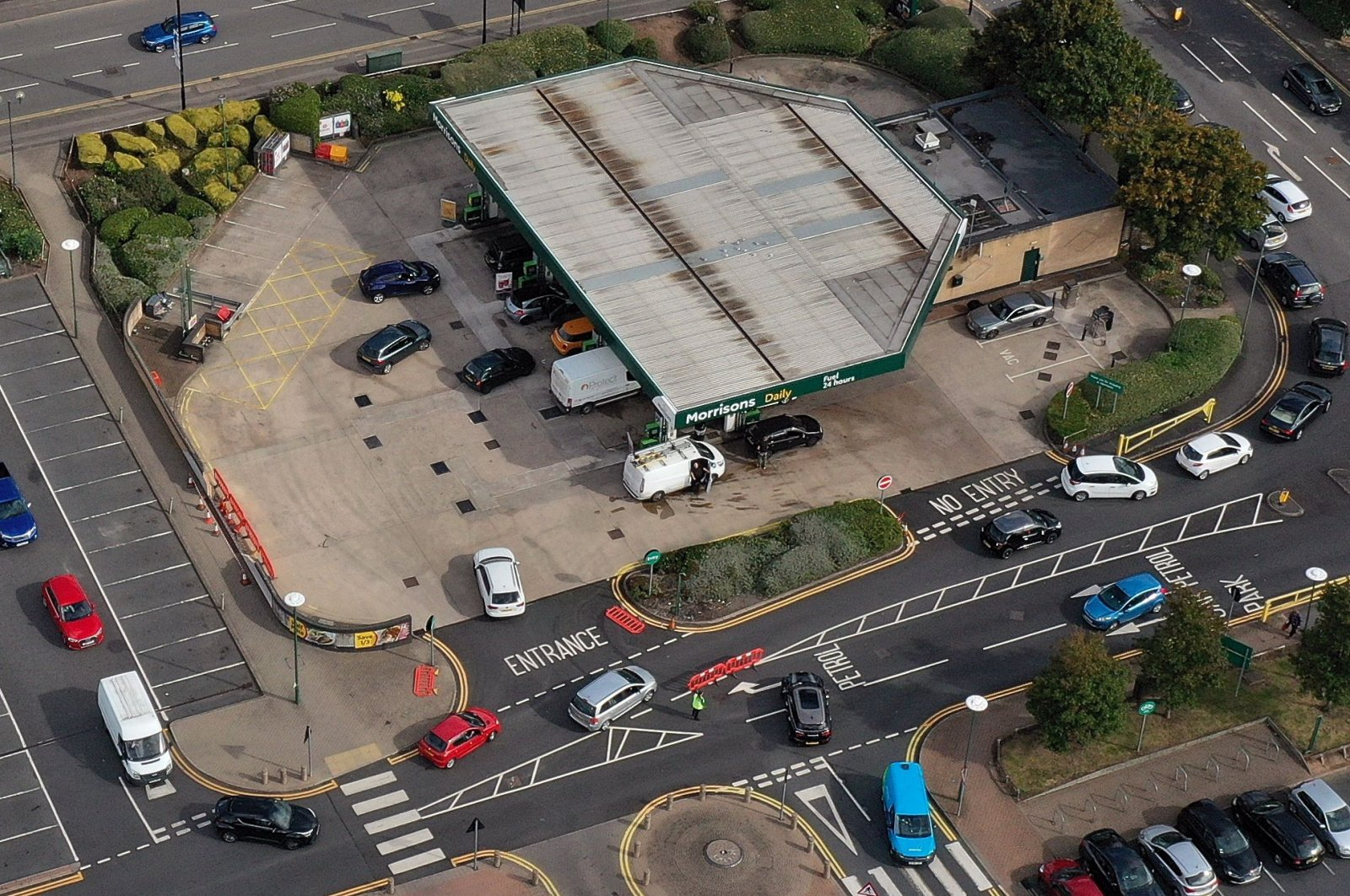 An aerial view shows motorists queueing at a petrol station in Coventry, central England on Sept. 28, 2021. (AFP Photo)