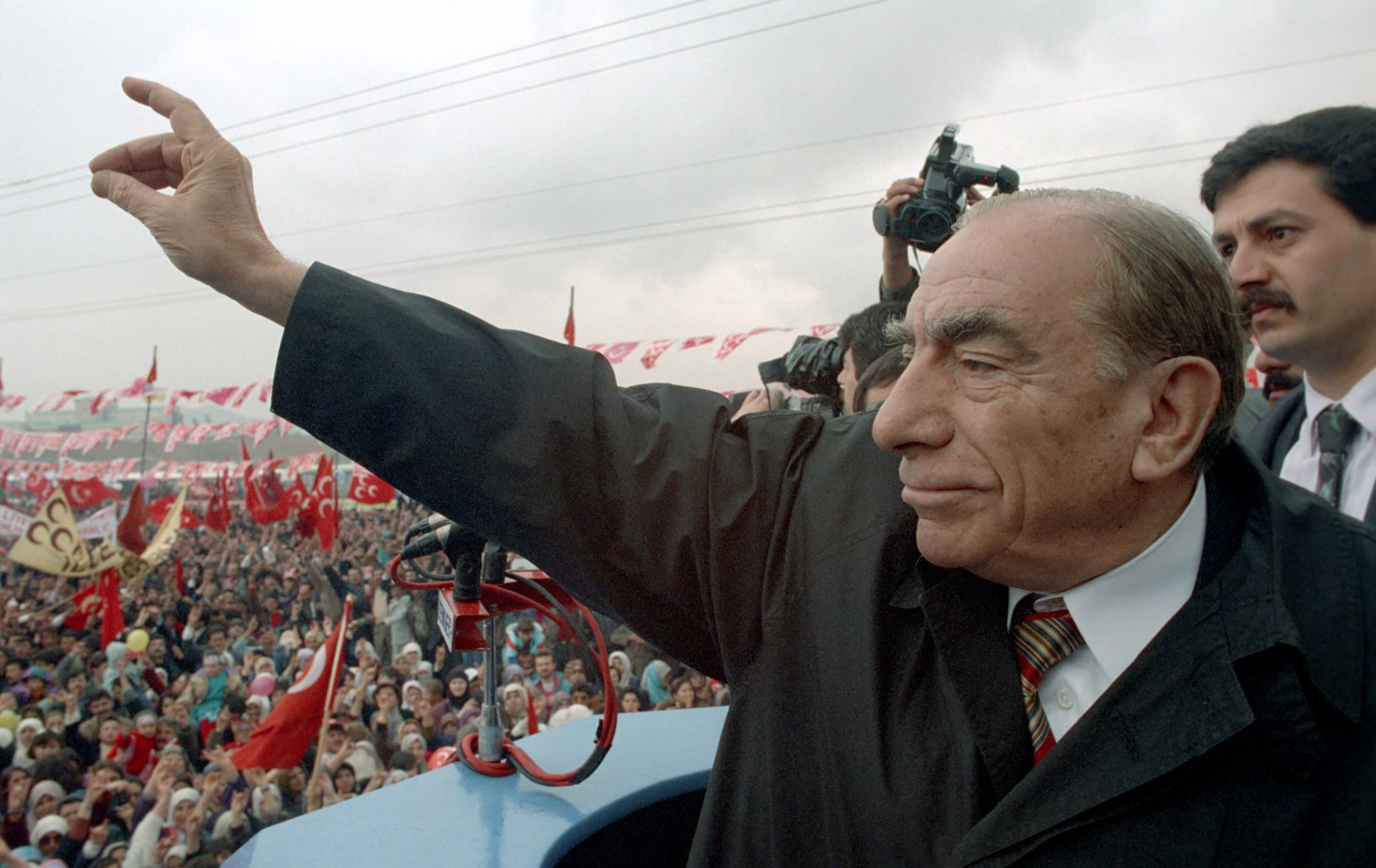 Alparslan Türkeş makes the 'grey wolf' sign, a traditional gesture of the Turkish nationalists, during a rally in capital Ankara, Turkey, May 2,1993. (AA Photo)