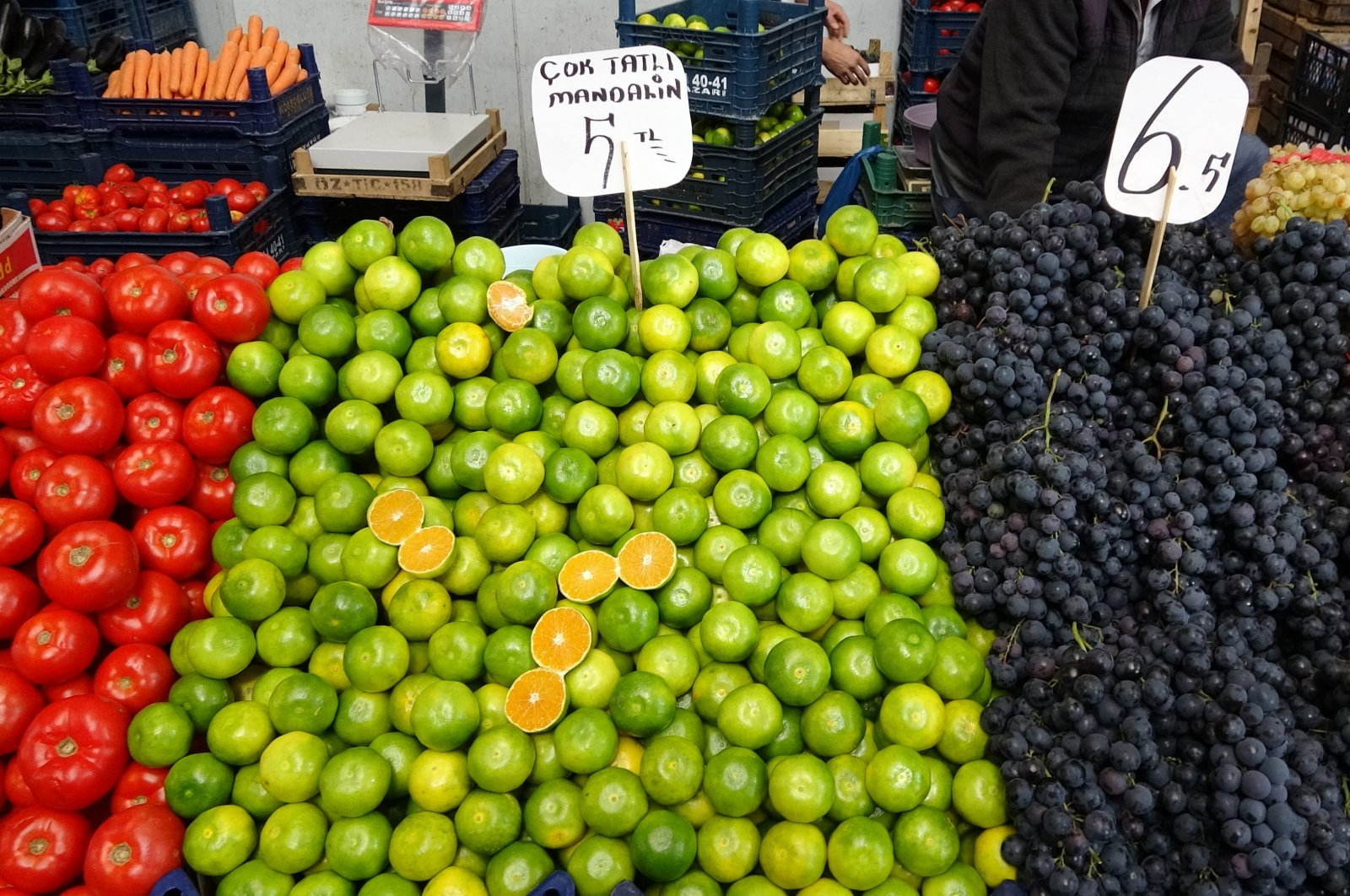 Fruit and vegetables for sale at a local market in Zonguldak, northwestern Turkey, Oct. 2, 2021. (IHA Photo)